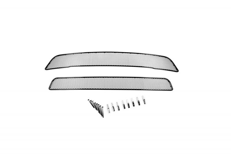 Сетка для защиты радиатора Novline-Autofamily, для Mitsubishi Outlader 2012-2015, 2 штNPRESAN013В отличие от универсальных сеток, данный продукт разрабатывается индивидуально под каждый бампер автомобиля. Внешняя защитная сетка радиатора полностью повторяет геометрию решетки бампера и гармонично вписывается в общий стиль автомобиля. При создании продукта были учтены как потребности автомобилистов, для которых важна исключительно защитная функция, так и автолюбителей, которые ищут способы подчеркнуть или создать новый стиль своего авто. Функциональность, тюнинг, или и то, и другое? Выбор только за вами. Сетка для защиты радиатора изготовлена из антикоррозионного материала, что гарантирует отсутствие ржавчины в процессе эксплуатации. Простая установка делает этот продукт необыкновенно удобным. В отличие от универсальных сеток, для установки которых требуется снятие бампера, то есть наличие специализированных навыков и дополнительного оборудования (подъемник и так далее), для установки этого продукта понадобится 20 минут времени и отвертка.
