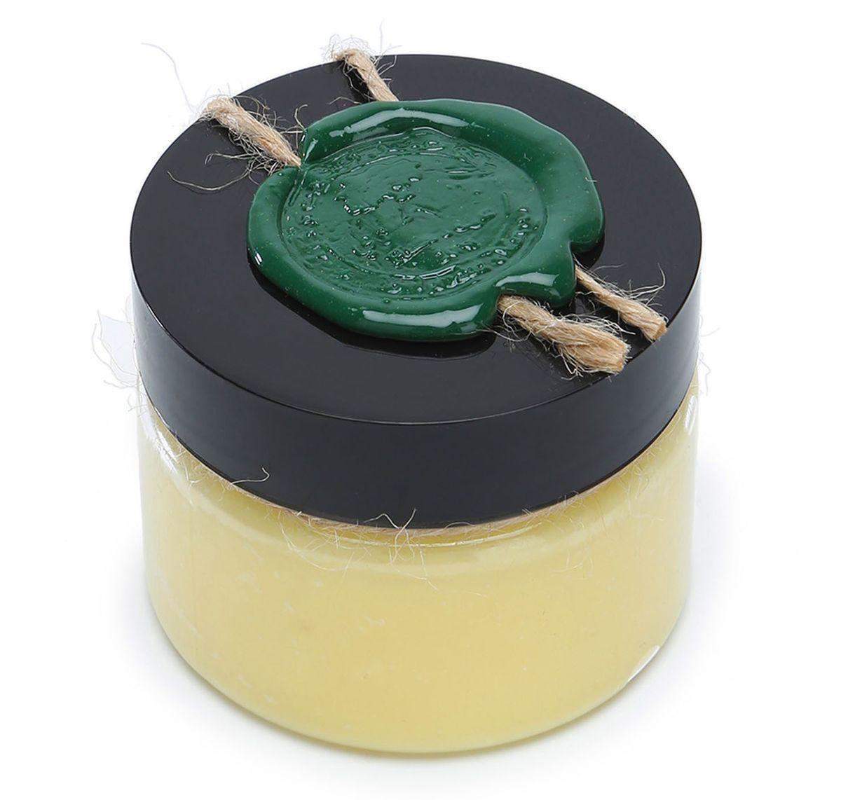 Huilargan Карите (Ши) масло, 100% органическое, 100 гFS-00897МАСЛО ШИ ДЛЯ ЛИЦАМасло ши одно из самых популярных косметических масел с широкими возможностями применения для кожи лица и тела.Оно обладает успокаивающим, смягчающим, защищающим, восстанавливающим, противовоспалительным, солнцезащитным, омолаживающим, антиоксидантным действиями. Поэтому масло ши может с успехом применяться:- при очень сухой коже- при увядающей и стареющей кожи- для лечения проблемной кожи- угревой сыпи- при кожном зуде- для смягчения очень грубой кожи- для защиты кожи от мороза и солнца- для чувствительной детской кожи- для восстановления ломких волос- для предотвращения растяжек при беременностиПри контакте с кожей масло легко плавится, поэтому его можно использовать в чистом виде на сухие участки кожи, руки, губы, в качестве защитного бальзама.ПОЛЕЗНЫЕ СВОЙСТВА МАСЛА ШИ- Фитостеролы (кампестерол, стигмастерин, ?-ситостерин и ?-спиностерол), тритерпены (эфир коричной кислоты, -и ?-амирин, паркеол, бутироспермол и лупеол), входящие в состав масла ши, наделяют его регенерирующими свойствами, усиливают синтез коллагена и омоложение кожи.- Витамины А и Е очень полезны для поддержания естественного здорового баланса веществ в коже. Витамин F помогает восстановить нарушенный липидный цемент в верхних барьерных слоях кожи.- Масло ши содержит большое количество тритерпеновых спиртов, входящих в его неомыляемую фракцию. Они помогают ценным компонентам масла не только глубоко проникать в слои кожи, но и обладают доказанными противомикробными и противовоспалительными свойствами!- Эфиры коричной кислоты, входящие в состав масла ши, способны поглощать солнечное излучение, тем самым обеспечивая маслу УФ-защитный эффект, примерно SPF-6, поэтому его часто включают в состав солнцезащитных кремов.- Линолевая кислота (омега-3), входящая в состав масла ши, усиливает защиту и восстановление поврежденной кожи и волос. Она обладает антисептическими свойствами и эффективно применяется для борьбы с акне. Масло ш