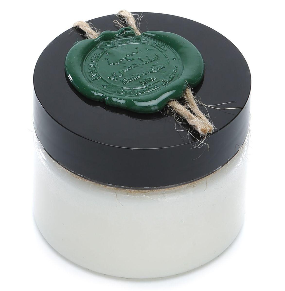 Huilargan Манго масло, 100% органическое, 100 гFS-00897Масло манго широко используется в медицине и косметологии. Оно обладает выраженными анти воспалительными, восстанавливающими, увлажняющими, питательными и солнцезащитными свойствами.Манговое масло получают из семян тропического растения мангиферы, которое чаще называют просто «манго». Это твердое растительное масло – баттер, температура плавления которого составляет 40 градусов Цельсия. В составе мангового масла содержатся ненасыщенные жирные кислоты, ряд витаминов (А, Е, D, С, группы В) и микроэлементов (Fe, K, Ca, Mg), а также растительные стиролы, которые улучшают состояние клеточных мембран эпидермиса.Масло манго эффективно избавляет от вызванных усталостью мышечных болей, поэтому этим баттером можно обогащать состав различных массажных смесей.При нанесении на кожу масло манго восстанавливает ее естественный жировой барьер и помогает удерживать влагу. Особенно полезно наносить манговое масло на лицо и тело после посещения бассейна, сауны, бани и пляжа.Масло манго поможет быстро привести в порядок огрубевшую, обветренную, обмороженную и обожженную кожу, устранить зуд от укусов насекомых, улучшить цвет лица, избавиться от пигментных пятен и предотвратить растяжки. Им можно с успехом заменить крем после бритья: масло не только успокоит кожу, но и предотвратит появление раздражения.Оно уменьшает воспаление кожи и помогает в лечении ряда кожных заболеваний, таких как акне, дерматит, экзема и псориаз.Масло манго обладает естественными смягчающим свойствами, ранозаживляющей и регенерирующей активностью благодаря своей высокой антиокислительной способности (антиоксидантные свойства)Масло манго может применяться, как защитное средство от УФ лучей.Доказана эффективность масла манго для удаления морщин. У большинства людей, ежедневно использующих масло манго течение 4-6 недель, уменьшились признаки старения кожи, и наблюдалось исчезновение тонких линий и мелких морщин.За счет наличия дубильных веществ, масло манго обла