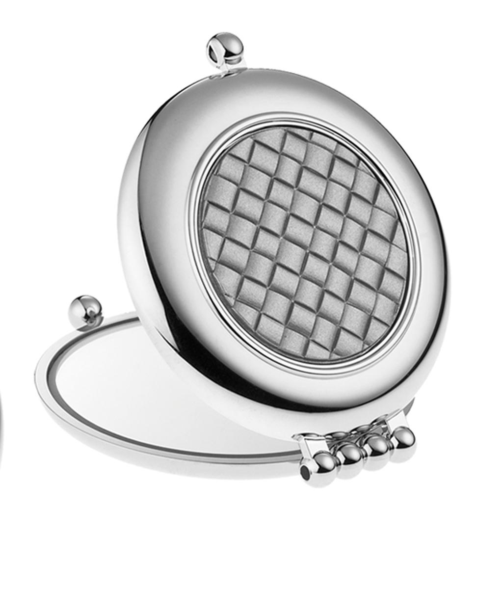 Janeke Зеркало для сумки D65, CR484.3T6.12-017Марка Janeke – мировой лидер по производству расчесок, щеток, маникюрных принадлежностей, зеркал и косметичек. Марка Janeke, основанная в 1830 году, вот уже почти 180 лет поддерживает непревзойденное качество своей продукции, сочетая новейшие технологии с традициями ста- рых миланских мастеров. Все изделия на 80% производятся вручную, а инновационные технологии и современные материалы делают продукцию марки поистине уникальной. Стильный и эргономичный дизайн, яркие цветовые решения – все это приносит истин- ное удовольствие от использования аксессуаров Janeke. Компактные зеркала Janeke имеют линзы с обычным и трехкратным увеличением, которые позволяют быстро и легко поправить макияж в дороге. А благодаря стильному дизайну и миниатюрному размеру компактное зеркало Janeke станет любимым аксессуаром любой женщины.