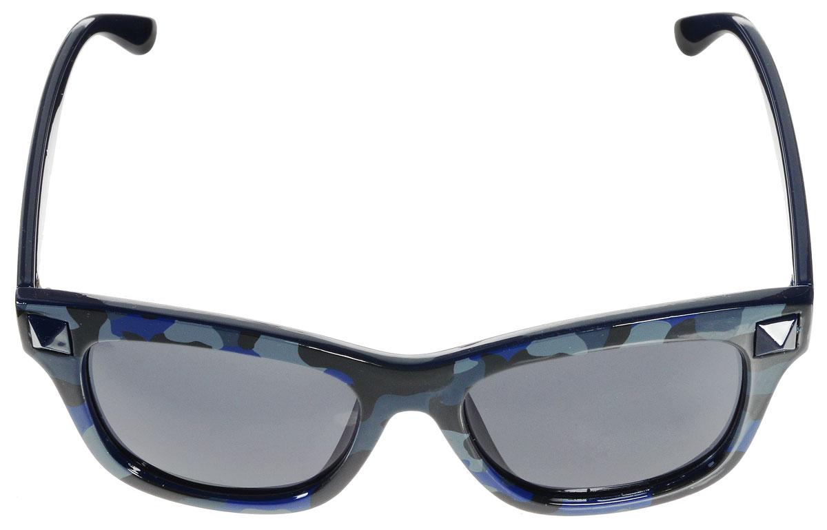 Очки солнцезащитные женские Vitacci, цвет: черный, синий, серый. H45BM8434-58AEСтильные солнцезащитные очки Vitacci выполнены из высококачественного пластика.Линзы данных очков обладают высокоэффективным поляризационным покрытием со степенью защиты от ультрафиолетового излучения UV400. Используемый пластик не искажает изображение, не подвержен нагреванию и вредному воздействию солнечных лучей. Пластиковая оправа очков легкая, прилегающей формы и поэтому обеспечивает максимальный комфорт. Оправа оформлена стильным принтом и декоративными элементами.Такие очки защитят глаза от ультрафиолетовых лучей, подчеркнут вашу индивидуальность и сделают ваш образ завершенным.