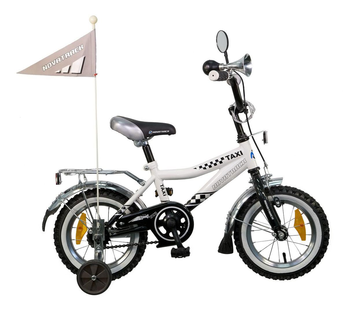 Велосипед детский Novatrack Taxi 12, цвет: черный, белыйS2449BВелосипед Novatrack Taxi c 12-дюймовыми колесами – это велосипед для мальчиков в возрасте от 2 до 4 лет. Дизайнеры позаботились о том, чтобы велосипед понравился будущему велогонщику: стильный дизайн завсегдатая городских дорог, надежный хромированный багажник для перевозки игрушек и прочих нужностей, на руле установлено зеркало заднего вида и гудок, такой же громкий, как у настоящих автомобилистов. Эта модель предназначена для самых маленьких, поэтому на Taxi установлена защита цепи, которая не позволит штанишкам попасть в механизм, ограничитель руля, предотвращающий повороты под опасно большим углом, и надежный ножной и ручной тормоза, для того, чтобы быстро останавливаться в случае необходимости. Флажок на длинном флагштоке поможет быстро найти свой велосипед среди транспорта других ребятишек на детской площадке.
