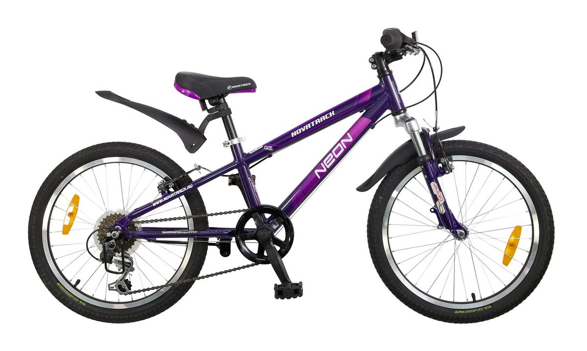 Велосипед детский Novatrack Neon 20, цвет: фиолетовый20AH6V.NEON.VL5Велосипед Novatrack Neon 20'' – это по-настоящему безопасный и стильный велосипед. Рассчитан он на ребят 7-10 лет и оснащен по последнему слову техники. В частности велосипед оборудован системой переключения, рассчитанной на 6 скоростей, тормозами V-brake, прекрасно зарекомендовавшими себя на многочисленных тестах. Все узлы и детали выполнены из сверхлегкого и суперпрочного алюминия, а крылья – из инновационного пластика. Цепь надежно защищена специальным кожухом, предотвращающим поломки и попадания одежды в мезанизм. Небольшой вес велосипеда дает ребенку возможность самостоятельно выносить свое двухколесное транспортное средство на улицу. Катафоты призваны увеличить безопасность и заметность велосипеда на дороге.