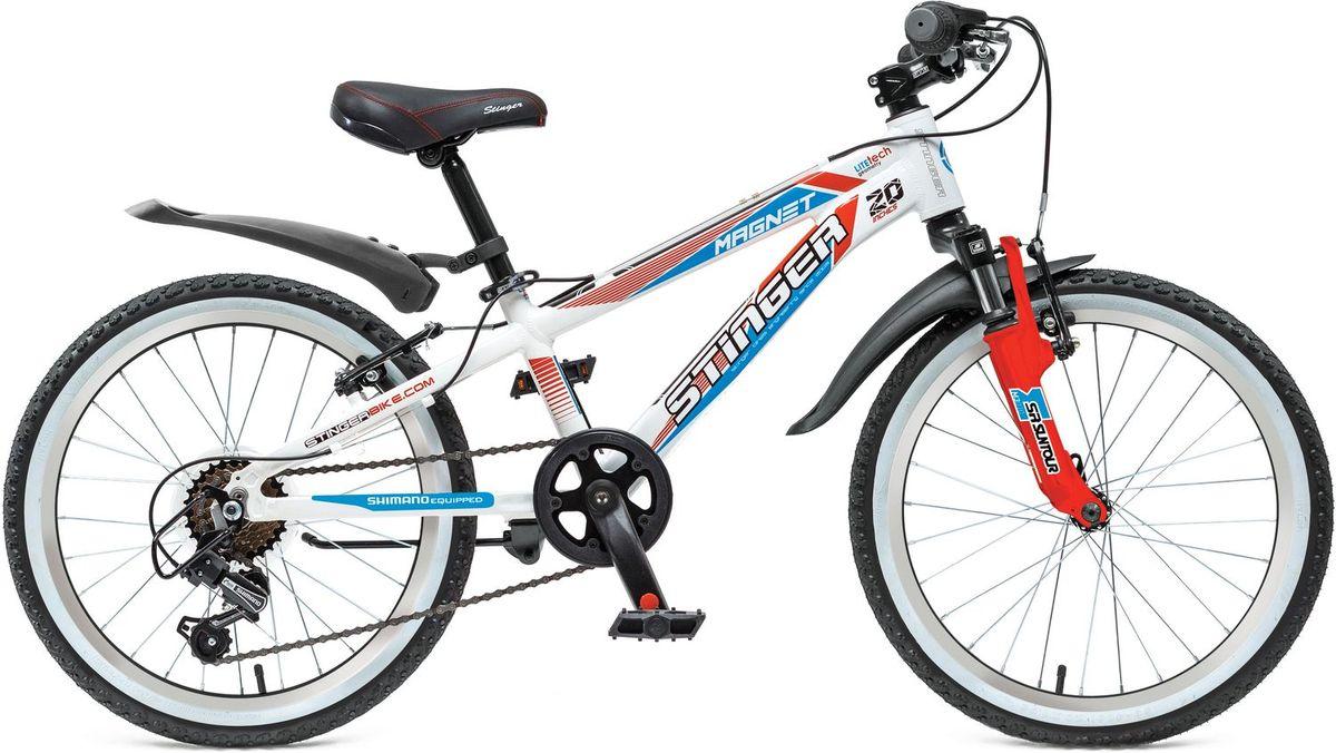 Велосипед детский Stinger Magnet Kid 20, цвет: белый143ASTRA.WT5Велосипед Stinger Magnet Kid - это подростковый горный велосипед класса премиум. Рама выполнена из прочного алюминия, благодаря чему велосипед имеет оптимальный вес и динамично ведет себя в различных стилях катания. Амортизационная вилка с ходом 50мм обеспечит комфортную езду не только по асфальту, но и по парковым дорожкам. Переключатели от лидера навесного оборудования Shimano, позволят выбрать оптимально удобный режим езды. Прочная и легкая алюминиевая рама - прочный алюминиевый сплав гарантирует высокую надежность рамы. Амортизационная вилка Suntour M3010 с ходом 50мм - велосипед оборудован амортизационной вилкой для большего комфорта и езде по неровностям. 6 скоростей - наличие системы переключения скоростей поможет подобрать комфортный режим езды в зависимости от окружающих условий. Оборудование Shimano Tourney - переключение передач от мирового лидера компании Shimano гарантирует четкую и гладкую работу в любых условиях. Ободные тормоза - легкие и надежные ободные тормоза обеспечат комфортное торможение. Универсальные покрышки Z-Axis для лучшего сцепления на покрышках используется специальный рисунок, создающий условия для хорошей управляемости.