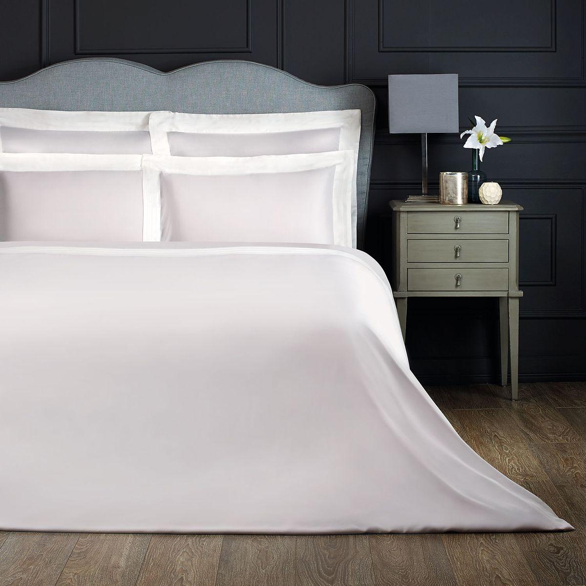 Комплект белья Togas Эдем, 2-спальный с евро простыней, наволочки 50х70, цвет: серый, белыйCLP446Комплект постельного белья Togas Эдем, выполненный из 100% бамбукового волокна, состоит из пододеяльника, простыни и двух наволочек. Изделия имеют классический крой. Бамбуковое волокно - регенерированное целлюлозное волокно, изготовленное из стебля бамбука.Комплект постельного белья Togas Эдем гармонично впишется в интерьер вашей спальни и создаст атмосферу уюта и комфорта.