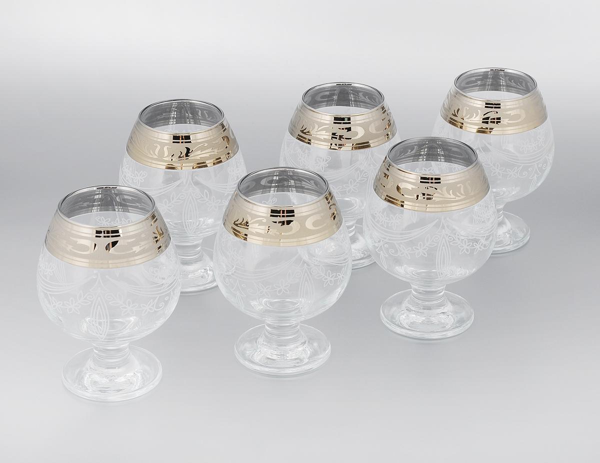 Набор бокалов для бренди Гусь-Хрустальный Русский узор, 400 мл, 6 штVT-1520(SR)Набор Гусь-Хрустальный Русский узор состоит из 6 бокалов на низкой тонкой ножке, изготовленных из высококачественного натрий-кальций-силикатного стекла. Изделия оформлены красивым зеркальным покрытием, широкой окантовкой с оригинальным узором и белым матовым орнаментом. Бокалы предназначены для подачи бренди. Такой набор прекрасно дополнит праздничный стол и станет желанным подарком в любом доме. Разрешается мыть в посудомоечной машине. Диаметр бокала (по верхнему краю): 6 см. Высота бокала: 13 см. Диаметр основания бокала: 8 см.
