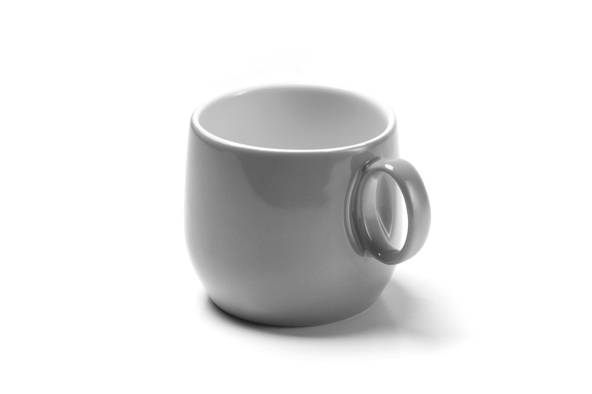 Чашка чайная La Rose des Sables Yaka Gris, 220 мл115510Чайная чашка La Rose des Sables Yaka Gris выполнена из высококачественного тунисского фарфора, изготовленного из уникальной белой глины. На всех изделиях La Rose des Sables можно увидеть маркировку Pate de Limoges. Это означает, что сырье для изготовления фарфора добывают во французской провинции Лимож, и качество соответствует высоким европейским стандартам. Все производство расположено в Тунисе. Особые свойства этой глины, открытые еще в 18 веке, позволяют создать удивительно тонкую, легкую и при этом прочную посуду. Благодаря двойному термическому обжигу фарфор обладает высокой ударопрочностью, жаропрочностью и великолепным блеском глазури. Коллекция Yaka Gris - яркий пример посуды в современном дизайне. Стильное сочетание лаконичной формы и элегантного серого цвета. Прекрасный вариант посуды на каждый день. Можно использовать в СВЧ печи и мыть в посудомоечной машине.