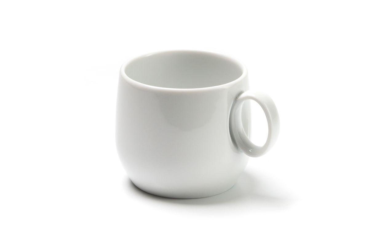 Чашка чайная La Rose des Sables Yaka, 220 мл54 009312Чайная чашка La Rose des Sables Yaka выполнена из высококачественного тунисского фарфора, изготовленного из уникальной белой глины. На всех изделиях La Rose des Sables можно увидеть маркировку Pate de Limoges. Это означает, что сырье для изготовления фарфора добывают во французской провинции Лимож, и качество соответствует высоким европейским стандартам. Все производство расположено в Тунисе. Особые свойства этой глины, открытые еще в 18 веке, позволяют создать удивительно тонкую, легкую и при этом прочную посуду. Благодаря двойному термическому обжигу фарфор обладает высокой ударопрочностью, жаропрочностью и великолепным блеском глазури. Коллекция Yaka - яркий пример посуды в современном дизайне. Стильное сочетание лаконичной формы и классического белоснежного цвета. Прекрасный вариант посуды на каждый день. Можно использовать в СВЧ печи и мыть в посудомоечной машине.