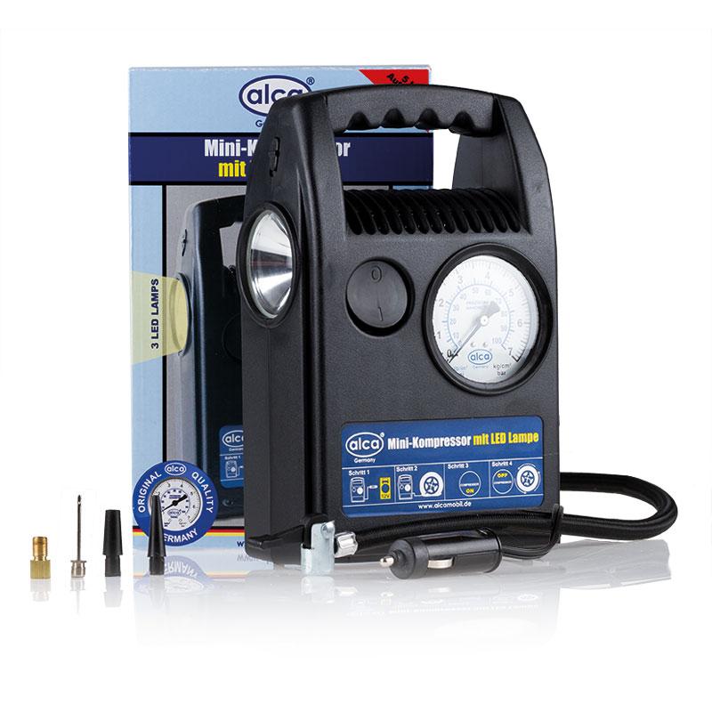 Автомобильный мини компрессор Alca, со светодиодной лампой. 209100SP1010ЕРКомпрессор мини со светодиодной лампой, 12 В, 7 бар, 180 Вт., 15 л/мин Автоматическая остановка на 5 бар. Подсветка манометра. Заполнение шин 205 70R 15 примерно за 7 мин. Длина кабеля: 60 см.