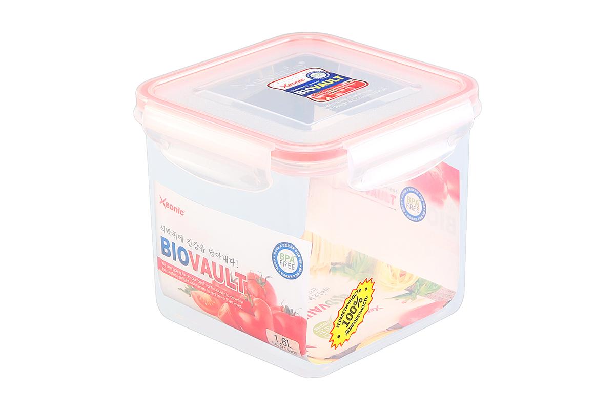 Контейнер пищевой Xeonic, квадратный, цвет: прозрачный, красный, 1,6 л. 810059VT-1520(SR)Контейнер Xeonic, изготовленный из высококачественного полипропилена, предназначен для хранения любых пищевых продуктов. Крышка с силиконовой вставкой герметично защелкивается специальным механизмом. На крышке расположена удобная ручка для переноски.Изделие устойчиво кьвоздействию масел и жиров, не впитывает запах. Прозрачные стенки позволяют видеть содержимое.Контейнер Xeonic удобен для ежедневного использования в быту, долговечен, легко открывается и закрывается, не занимает много места.Можно мыть в посудомоечной машине, использовать в микроволновой печи и морозильной камере.