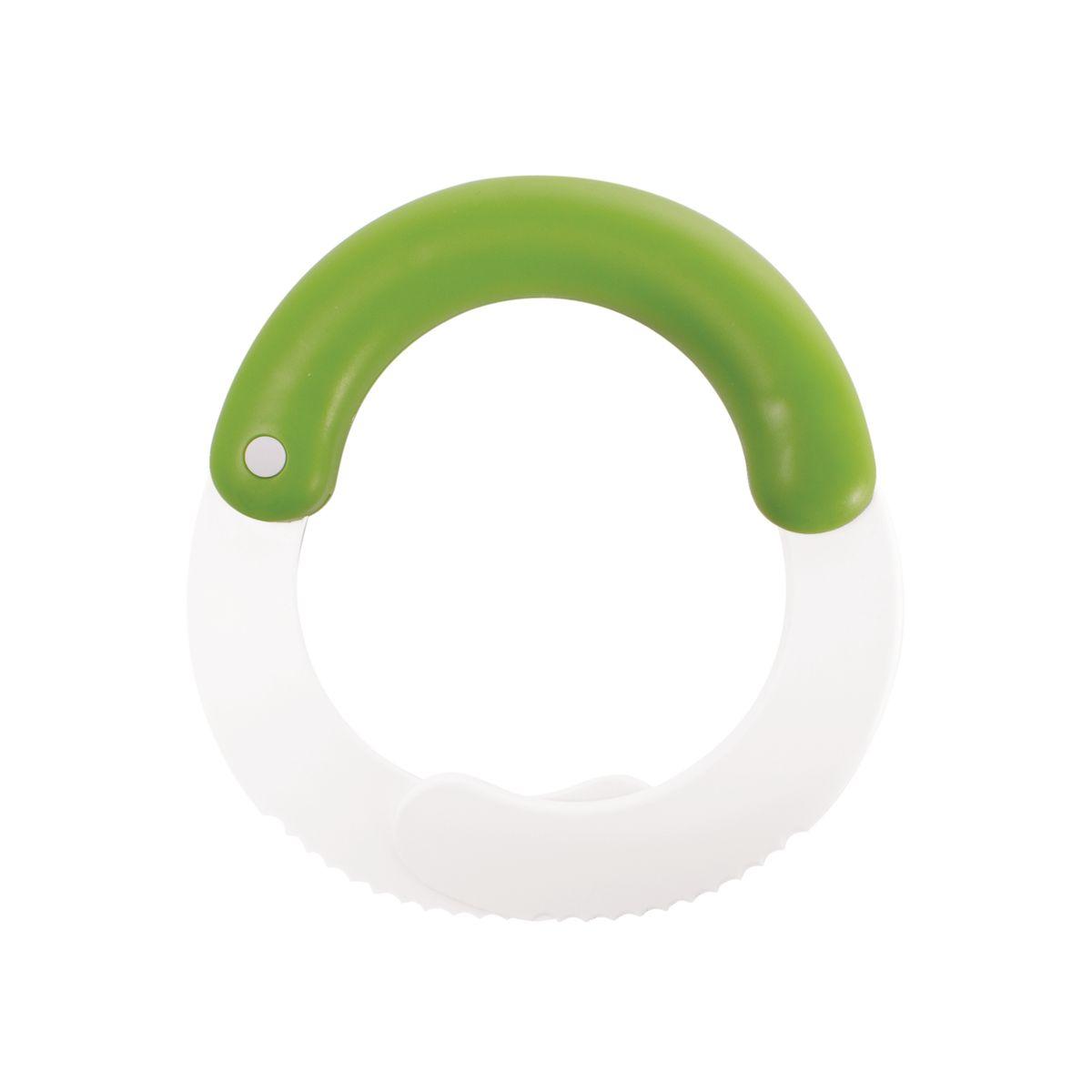 Измельчитель для листьев Chefn115610Измельчитель для листьев Chefn позволит легко и просто подготовить салат для любого блюда. Этим устройством удобно пользоваться на разделочной доске или прямо в миске. Резиновая ручка обеспечивает надежный захват, а зазубренные лезвия быстро режут листья салата, оставляя их свежими и предотвращая увядание. Продукция торговой марки Chefn призвана облегчить и упростить работу на кухне.Можно мыть в посудомоечной машине.
