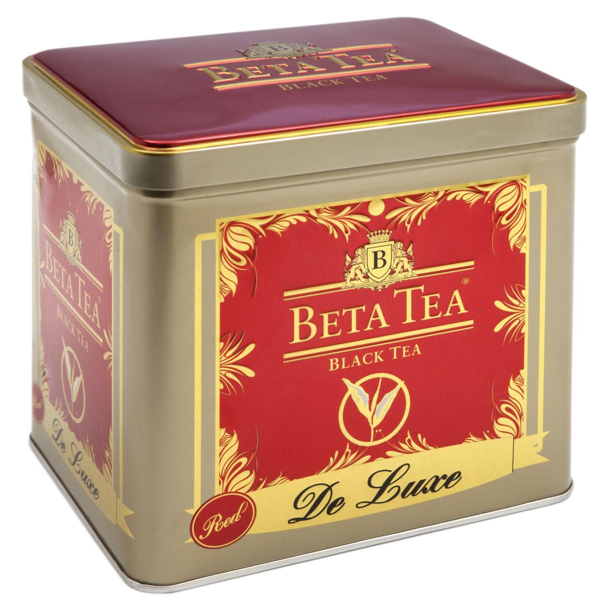 Beta Tea Де Люкс крупнолистовой чай, 225 г (подарочная упаковка)8690717970004Чай Beta Де Люкс растет в южных районах Шри-Ланки на высоте 500 метров над уровнем моря. Цельные скрученные зеленые листья отборного качества доводят до темного цвета. Такая обработка чайного листа придает чаю насыщенный цвет и тонкий аромат. Чай Beta Де Люкс одинаково хорош в охлажденном и горячем виде, прекрасно утоляет жажду в любое время суток.