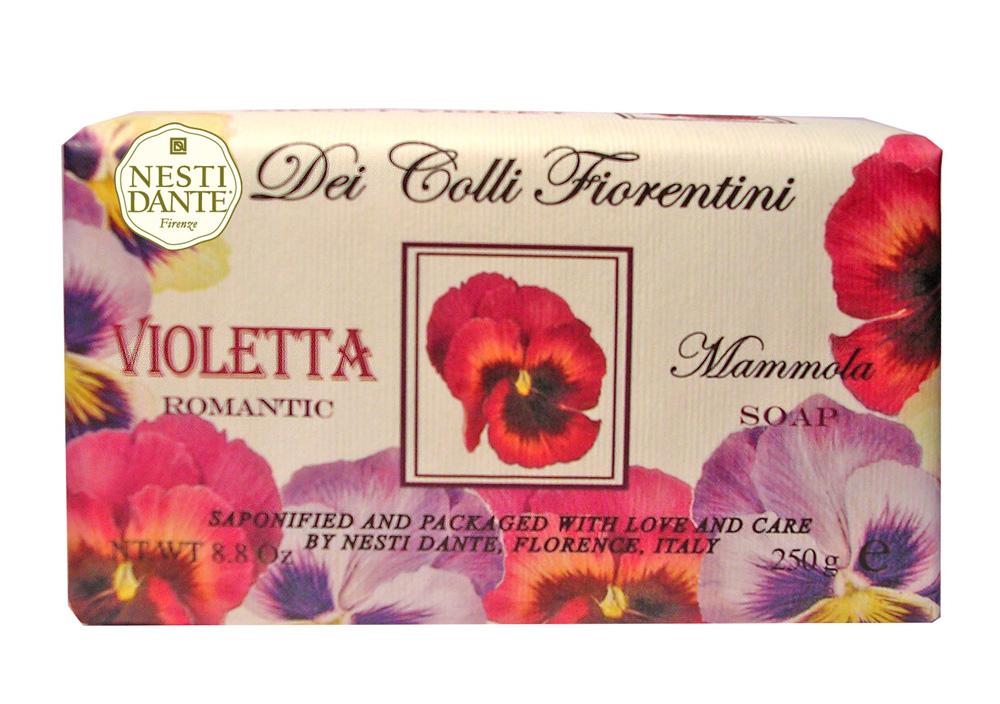 Мыло Nesti Dante Dei Colli Fiorentini. Фиалка, 250 г1756106Великолепное растительное мыло премиум-класса Nesti Dante Dei Colli Fiorentini. Фиалка изготовлено по старинным рецептам и по традиционной котловой технологии, в составе мыла только натуральные оливковое и пальмовое масло высочайшего качества, для ароматизации использованы органические эфирные масла. Ежедневный ритуал красоты, любви и заботы не только для тела, но и для души. Мыло Dei Colli Fiorentini. Фиалка - путешествие в мир ароматов сквозь цветущие флорентийские холмы - для хорошего самочувствия и бодрости духа, романтичный аромат.Изысканная флорентийская бумага, в которую завернуто мыло, расписана акварелью, на каждом кусочке мыла выгравирована надпись With Love And Care (С любовю и заботой). Характеристики:Вес: 250 г. Производитель: Италия. Товар сертифицирован. Nesti Dante - одна из немногих итальянских мыловаренных фабрик, которая продолжает использовать в производстве только натуральные ингредиенты и кустарный способ производства. Тщательный выбор каждого ингредиента в отдельности позволяет использовать ценное сырье, такое как цельные нейтральные растительные и животные жиры и эти качественные материалы позволяют получать более обогащенное и более мягкое мыло благодаря присутствию фракции глицерида в жирах.