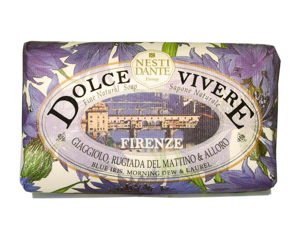 Мыло Nesti Dante Dolce Vivere. Флоренция, 250 гMP59.4DВеликолепное растительное мыло премиум-класса Nesti Dante Dolce Vivere. Флоренция изготовлено по старинным рецептам и по традиционной котловой технологии, в составе мыла только натуральные оливковое и пальмовое масло высочайшего качества, для ароматизации использованы органические эфирные масла. Мыло Dolce Vivere переносит вас в самые очаровательные места Италии, прекрасные и вдохновляющие виды заливов, городов и деревень, полных очарования, культуры и истории.Флоренция - чувственность, нега и красота. Чувственные ноты голубого ириса, утреней росы и жизненная сила лавра, создают легкий игристый аромат.Изысканная флорентийская бумага, в которую завернуто мыло, расписана акварелью, на каждом кусочке мыла выгравирована надпись With Love And Care (С любовю и заботой).Характеристики:Вес: 250 г. Производитель: Италия. Товар сертифицирован. Nesti Dante - одна из немногих итальянских мыловаренных фабрик, которая продолжает использовать в производстве только натуральные ингредиенты и кустарный способ производства. Тщательный выбор каждого ингредиента в отдельности позволяет использовать ценное сырье, такое как цельные нейтральные растительные и животные жиры и эти качественные материалы позволяют получать более обогащенное и более мягкое мыло благодаря присутствию фракции глицерида в жирах.