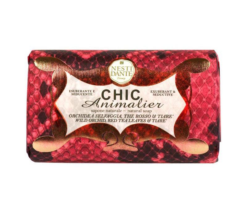 Мыло Nesti Dante Шикарное. Розовое, 250 гSatin Hair 7 BR730MNНатуральное растительное мыло премиум-класса Nesti Dante Chic Animalier. Розовый питон изготовлено по старинным рецептам и по традиционной котловой технологии, в составе мыла только натуральные оливковое и пальмовое масло высочайшего качества, для ароматизации использованы органические эфирные масла. Ежедневный ритуал красоты, любви и заботы не только для тела, но и для души. Chic Animalier. Розовый питон - экстремально роскошное мыло, для тех, кто любит себя и любит получать удовольствие от всего окружающего, кто ценит индивидуальность и необычные вещи, для тех, кто бросает вызов обыденности и повседневности. Вдохновение модой и последние мировые тренды, обогащенное сырье и традиции старой итальянской фабрики - все это смешалось в этом роскошном мыле.Изысканная флорентийская бумага, в которую завернуто мыло, расписана акварелью, на каждом кусочке мыла выгравирована надпись With Love And Care (С любовю и заботой). Характеристики:Вес: 250 г. Производитель: Италия. Товар сертифицирован. Nesti Dante - одна из немногих итальянских мыловаренных фабрик, которая продолжает использовать в производстве только натуральные ингредиенты и кустарный способ производства. Тщательный выбор каждого ингредиента в отдельности позволяет использовать ценное сырье, такое как цельные нейтральные растительные и животные жиры и эти качественные материалы позволяют получать более обогащенное и более мягкое мыло благодаря присутствию фракции глицерида в жирах.