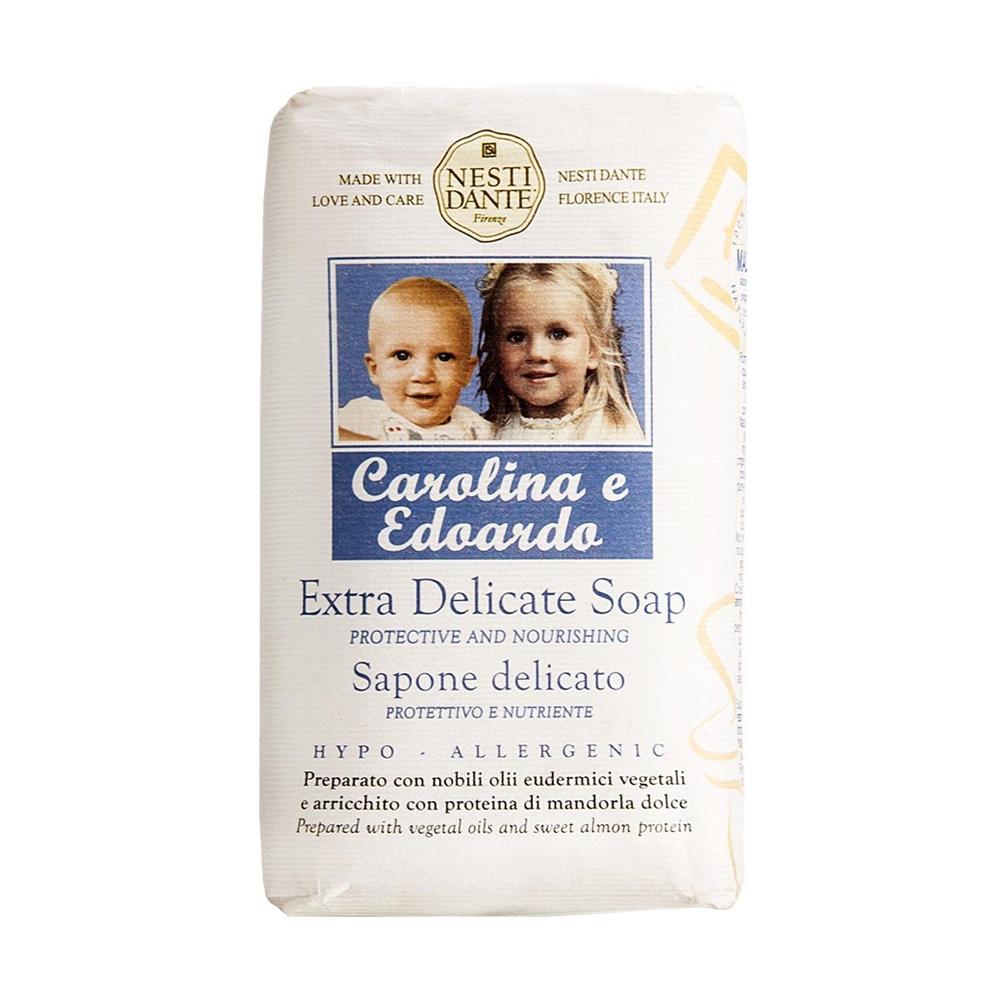 Мыло Nesti Dante Каролина и Эдуардо, деликатное, 250 гMP59.4DДеликатное детское мыло Nesti Dante Каролина и Эдуардо приготовлено с специальными маслами и обогащено медом, экстрактом календулы и протеинами миндаля.При изготовлении мыла использовалось оливковое и пальмовое масло высочайшего качества, мыло обогащено протеинами сладкого миндаля и меда, экстрактом календулы. Бережно и деликатно очищает кожу. Рецепт мыла был разработан владельцем фабрики и основателем компании Nesti Dante специально для своих внуков — Каролины и Эдуарда. Характеристики:Вес: 250 г. Производитель: Италия. Товар сертифицирован. Nesti Dante - одна из немногих итальянских мыловаренных фабрик, которая продолжает использовать в производстве только натуральные ингредиенты и кустарный способ производства. Тщательный выбор каждого ингредиента в отдельности позволяет использовать ценное сырье, такое как цельные нейтральные растительные и животные жиры и эти качественные материалы позволяют получать более обогащенное и более мягкое мыло благодаря присутствию фракции глицерида в жирах.