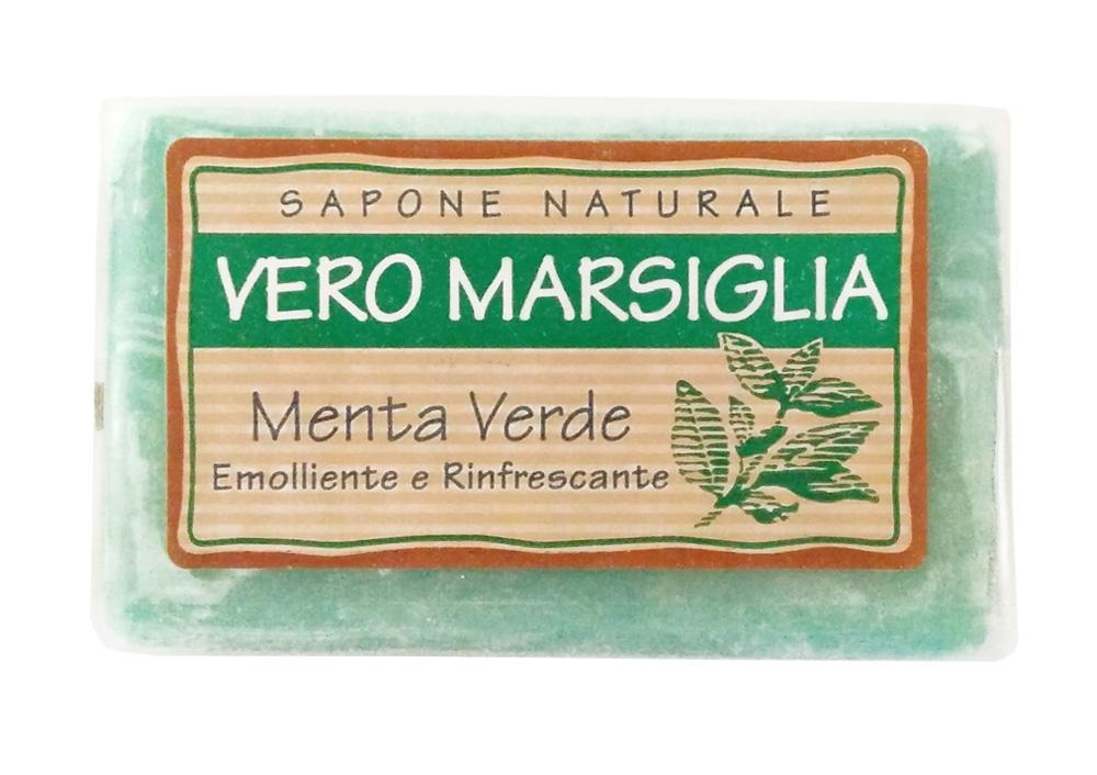 Мыло Nesti Dante Vero Marsiglia. Зеленая мята, 150 гSatin Hair 7 BR730MNВеликолепное растительное мыло Nesti Dante Vero Marsiglia. Зеленая мята изготовлено по старинным рецептам и по традиционной котловой технологии, в составе мыла только натуральные оливковое и пальмовое масло высочайшего качества, для ароматизации использованы органические эфирные масла. Ежедневный ритуал красоты, любви и заботы не только для тела, но и для души. Vero Marsiglia - линия классического мыла создана для традиционного ухода за кожей. Мыло Зеленая мята содержит натуральные экстракты мяты, отлично освежающие вашу кожу. Характеристики:Вес: 150 г. Производитель: Италия. Товар сертифицирован. Nesti Dante - одна из немногих итальянских мыловаренных фабрик, которая продолжает использовать в производстве только натуральные ингредиенты и кустарный способ производства. Тщательный выбор каждого ингредиента в отдельности позволяет использовать ценное сырье, такое как цельные нейтральные растительные и животные жиры и эти качественные материалы позволяют получать более обогащенное и более мягкое мыло благодаря присутствию фракции глицерида в жирах.