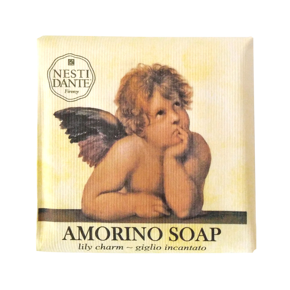 Nesti Dante Мыло Amorino Soap. Нежность лилии, 150 гDB4010(DB4.510)/голубой/розовыйВеликолепное растительное мыло Nesti Dante Amorino Soap. Нежность лилии изготовлено по старинным рецептам и по традиционной котловой технологии, в составе мыла только натуральные оливковое и пальмовое масло высочайшего качества, для ароматизации использованы органические эфирные масла. Ежедневный ритуал красоты, любви и заботы не только для тела, но и для души.Amorino Soap (Амурное мыло) - это символ любви и радости жизни. В новой линии Nesti Dante родная для Италии тема амуров красиво переложена на ароматическое мыло Нежность лилии (Lily Charm) с веселым и бодрящим ароматом. Мягкая пена, обогащенная приятными классическими ароматами, дарит ощущение релаксации и безмятежности. Изысканная флорентийская бумага, в которую завернуто мыло, расписана акварелью, на каждом кусочке мыла выгравирована надпись With Love And Care (С любовью и заботой). Товар сертифицирован.