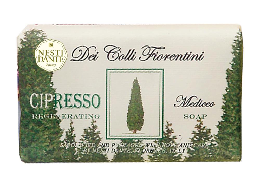 Nesti Dante Мыло Dei Colli Fiorentini. Кипарис, 250 гMP59.4DВеликолепное растительное мыло премиум-класса Nesti Dante Dei Colli Fiorentini. Кипарис изготовлено по старинным рецептам и по традиционной котловой технологии, в составе мыла только натуральные оливковое и пальмовое масло высочайшего качества, для ароматизации использованы органические эфирные масла. Ежедневный ритуал красоты, любви и заботы не только для тела, но и для души.Мыло Dei Colli Fiorentini. Кипарис - вдохновение от путешествий по цветущим холмам Флоренции.Изысканная флорентийская бумага, в которую завернуто мыло, расписана акварелью, на каждом кусочке мыла выгравирована надпись With Love And Care (С любовью и заботой). Товар сертифицирован.