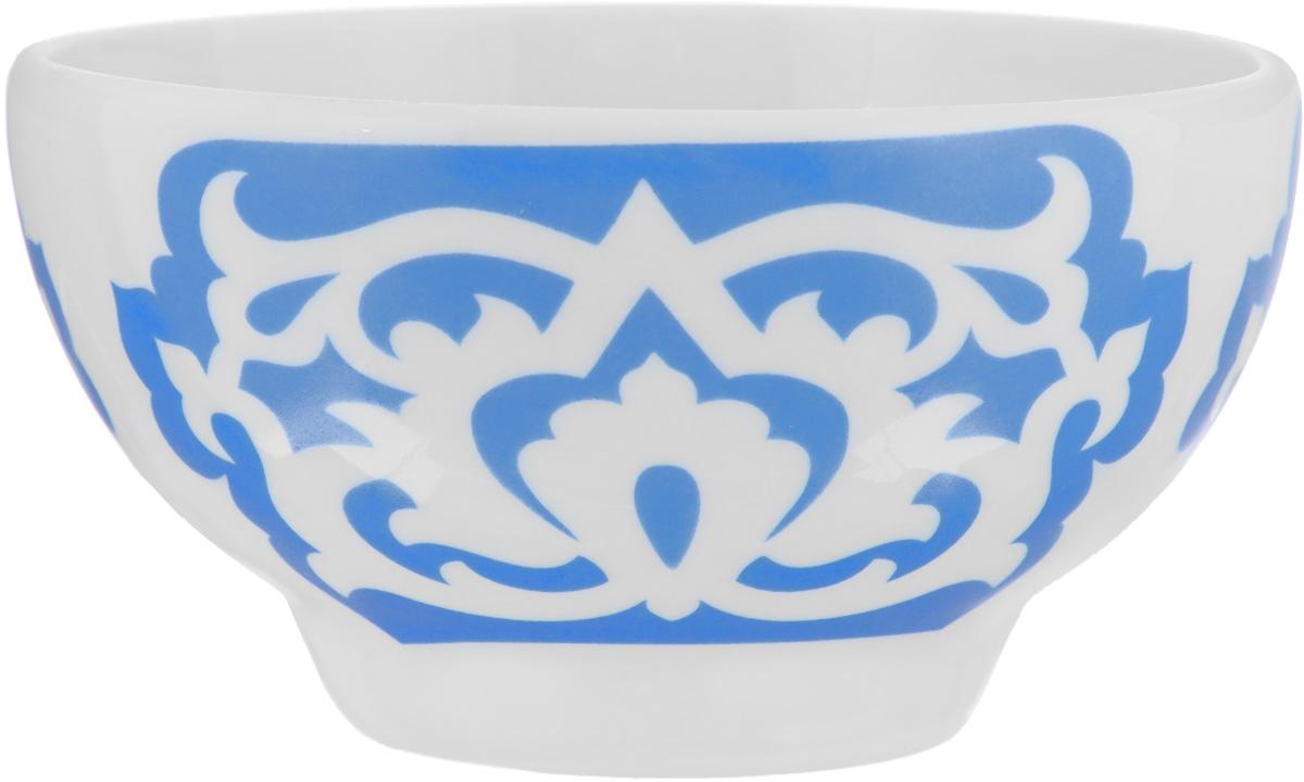 Пиала Азия, цвет: белый, синий, 250 мл115610Пиала Азия гармонично впишется в интерьер любой кухни. Изделие, выполненное из высококачественного фарфора, оформлено замысловатым орнаментом. Такая пиала прекрасно подойдет для подачи салата или мороженого. Она станет бесспорным украшением праздничного или обеденного стола. Пиала Азия дополнит коллекцию кухонной посуды и будет служить долгие годы. Диаметр пиалы (по верхнему краю): 10,7 см.Высота стенки пиалы: 5,9 см.