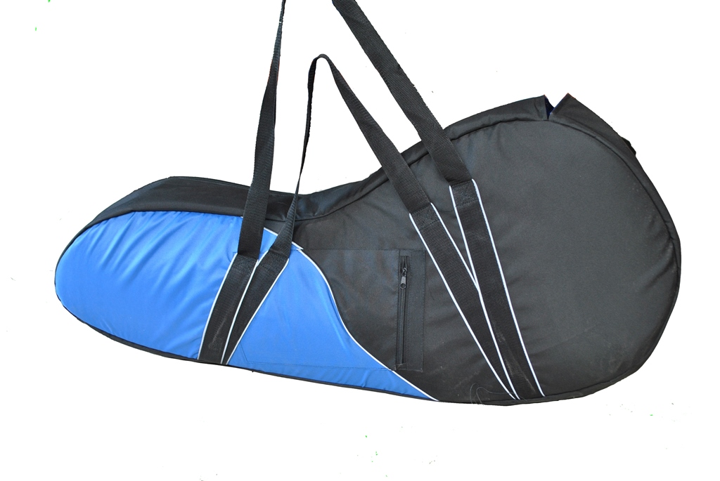 Сумка для лодочного мотора AG-brand Premium 2 т, 3,5 л.с., цвет: черныйKGB GX-3Переноска и хранение лодочного мотора. Сумка изготовлена из ткани плотностью 600den с влагоотталкивающей пропиткой.С внутренней стороны сумка выполнена из ткани с пвх покрытием и имеет антиударные вставки толщиной 8мм из вспененного наполнителя.Сумка на прочной двухзамковой молнии и имеет светоотражающий кант.Все сумки имеют ручки для переноски мотора (в руках и на плече) и снабжены карманом для документации и мелких деталей.