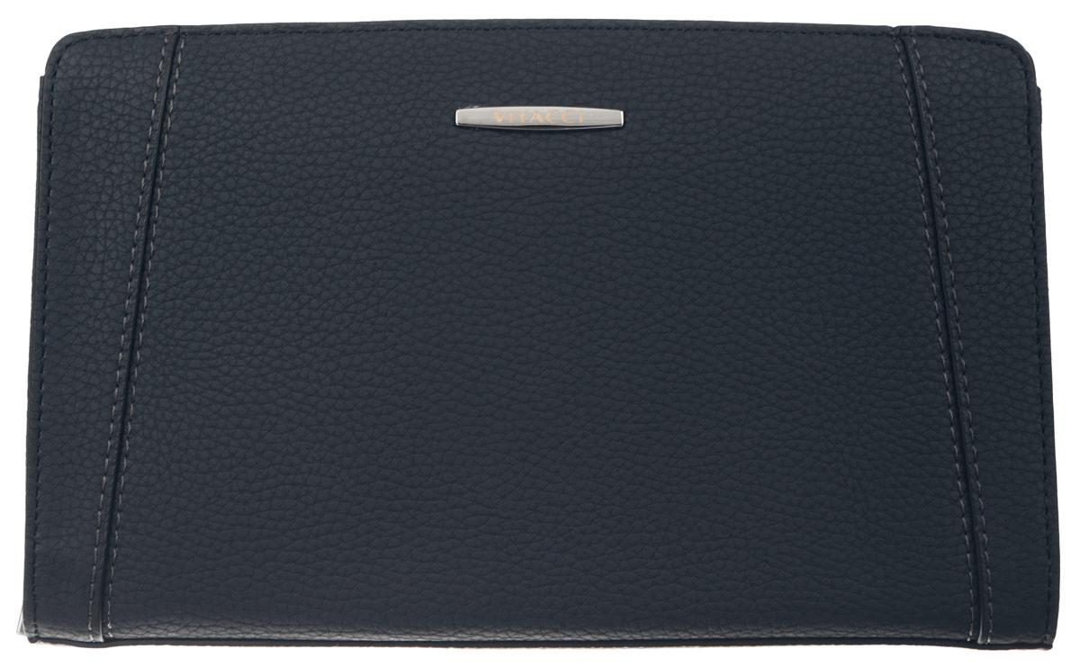Сумка мужская Vitacci, цвет: темно-синий. MW050BM8434-58AEМужская сумка Vitacci выполнена из искусственной кожи зернистой фактуры темно-синего цвета. Сумка имеет одно отделение, которое закрывается на замок-молнию. Внутри - врезной карман на молнии, большой накладной карман с шестью отделениями для визиток, глубокий накладной карман на замке-молнии и четыре отдельных накладных кармашка для пластиковых карт и мелких бумаг. Снаружи на задней стенке сумки размещен вшитый карман на молнии. Модель оснащена съемным ремешком на запястье. Сумка декорирована отстрочкой и металлической фурнитурой с символикой бренда.Такая сумка подчеркнет вашу яркую индивидуальность и оригинально дополнит ваш образ.