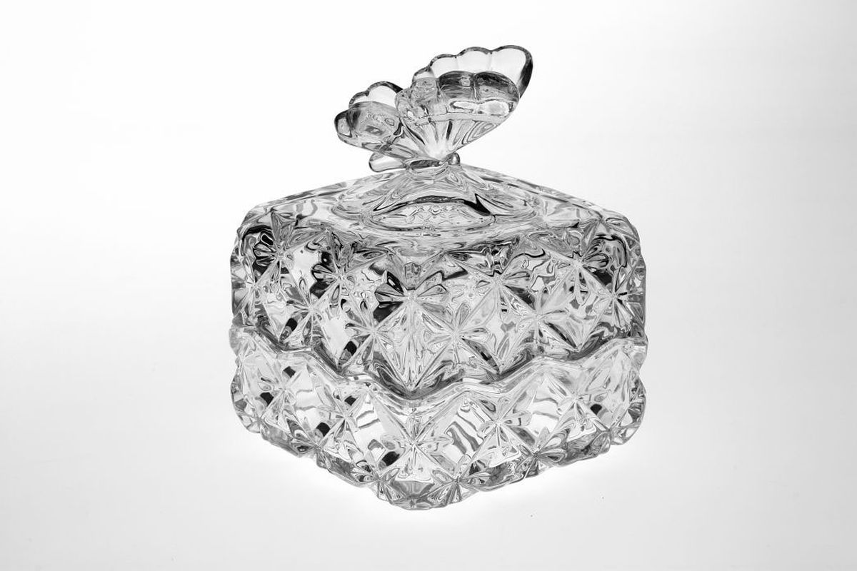 Доза Crystal Bohemia Бабочка, 9,6 см, квадратная1С0115Доза Crystal Bohemia выполнена из прочного высококачественного хрусталя. Она излучает приятный блеск и издает мелодичный звон. Доза сочетает в себе изысканный дизайн с максимальной функциональностью. Доза не только украсит дом и подчеркнет ваш прекрасный вкус, но и станет отличным подарком.