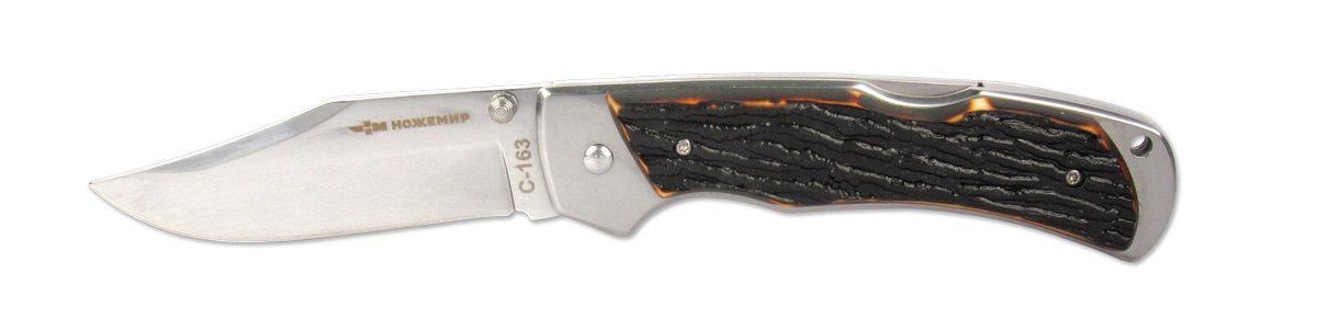 Нож складной Ножемир, длина клинка 8,9 смC-163 НожемирСкладной нож Ножемир отличается от стальных широким и утолщенным (3,5 мм) лезвием, что позволяет ему работать в качестве рычага в некоторых ситуациях. Пластиковая рукоять стилизована под кость. Фиксатор Liner Lock предотвратит нежелательное сложение ножа. Сталь 65х13 прекрасно держит заточку.Общая длина ножа: 21,2 см.Твердость стали: 55-56 HRC.