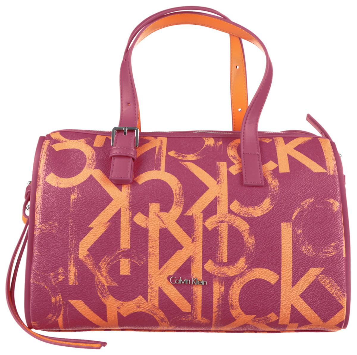 Сумка женская Calvin Klein Jeans, цвет: красный, оранжевый. K60K600996_9050S76245Стильная женская сумка Calvin Klein Jeans выполнена из ПВХ и полиуретана и оформлена принтом в виде фирменного логотипа. Изделие имеет одно основное отделение, которое закрывается на застежку-молнию. Внутри находятся два накладных открытых кармана и прорезной карман на застежке-молнии. Модель оснащена двумя регулируемыми ручками. В комплект входит плечевой регулируемый ремень.Роскошная сумка внесет элегантные нотки в ваш образ и подчеркнет ваше отменное чувство стиля.