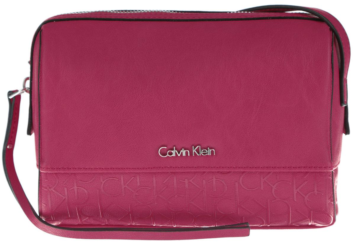 Сумка женская Calvin Klein Jeans, цвет: розово-красный. K60K601121_6050L39845800Стильная женская сумка Calvin Klein Jeans выполнена из полиуретана. Изделие имеет одно основное отделение, которое закрывается на застежку-молнию. Внутри находятся два накладных открытых кармана. Модель оснащена плечевым ремнем, регулируемой длины. Роскошная сумка внесет элегантные нотки в ваш образ и подчеркнет ваше отменное чувство стиля.