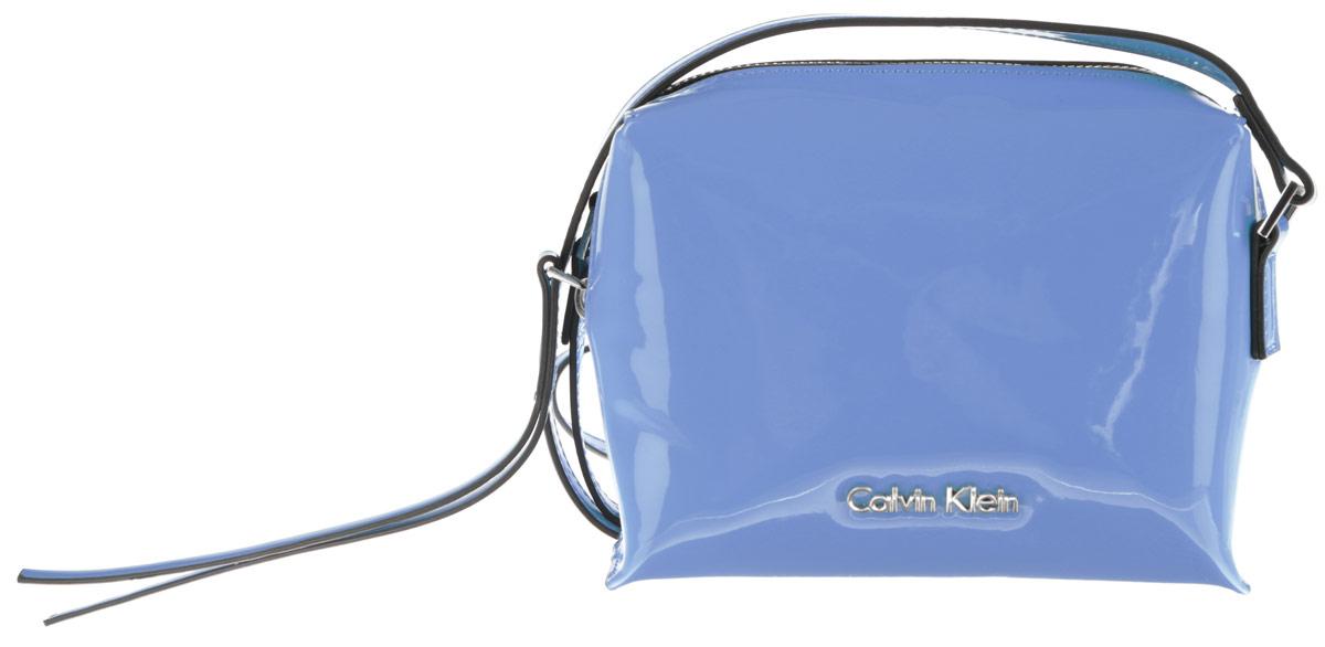 Сумка женская Calvin Klein Jeans, цвет: голубой. K60K601563_412071069с-2Стильная женская сумка Calvin Klein Jeans выполнена из полиуретана. Изделие имеет одно основное отделение, которое закрывается на застежку-молнию. Внутри находится накладной открытый карман. Модель оснащена плечевым ремнем, регулируемой длины. Роскошная сумка внесет элегантные нотки в ваш образ и подчеркнет ваше отменное чувство стиля.