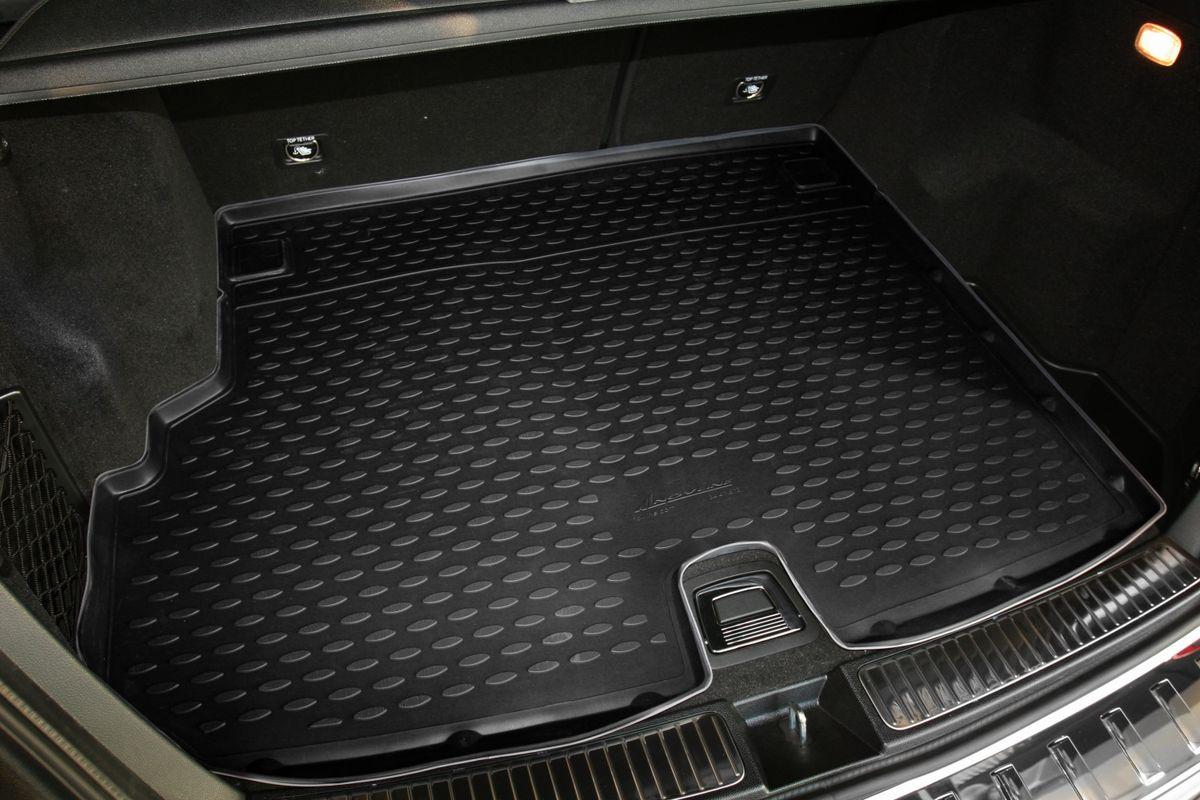 Коврик автомобильный Novline-Autofamily для Mercedes-Benz GLK-Klasse X204 кроссовер 2003, 2012-, в багажник, с вырезом под ручкуNLC.34.41.B13Автомобильный коврик Novline-Autofamily, изготовленный из полиуретана, позволит вам без особых усилий содержать в чистоте багажный отсек вашего авто и при этом перевозить в нем абсолютно любые грузы. Этот модельный коврик идеально подойдет по размерам багажнику вашего автомобиля. Такой автомобильный коврик гарантированно защитит багажник от грязи, мусора и пыли, которые постоянно скапливаются в этом отсеке. А кроме того, поддон не пропускает влагу. Все это надолго убережет важную часть кузова от износа. Коврик в багажнике сильно упростит для вас уборку. Согласитесь, гораздо проще достать и почистить один коврик, нежели весь багажный отсек. Тем более, что поддон достаточно просто вынимается и вставляется обратно. Мыть коврик для багажника из полиуретана можно любыми чистящими средствами или просто водой. При этом много времени у вас уборка не отнимет, ведь полиуретан устойчив к загрязнениям.Если вам приходится перевозить в багажнике тяжелые грузы, за сохранность коврика можете не беспокоиться. Он сделан из прочного материала, который не деформируется при механических нагрузках и устойчив даже к экстремальным температурам. А кроме того, коврик для багажника надежно фиксируется и не сдвигается во время поездки, что является дополнительной гарантией сохранности вашего багажа.Коврик имеет форму и размеры, соответствующие модели данного автомобиля.