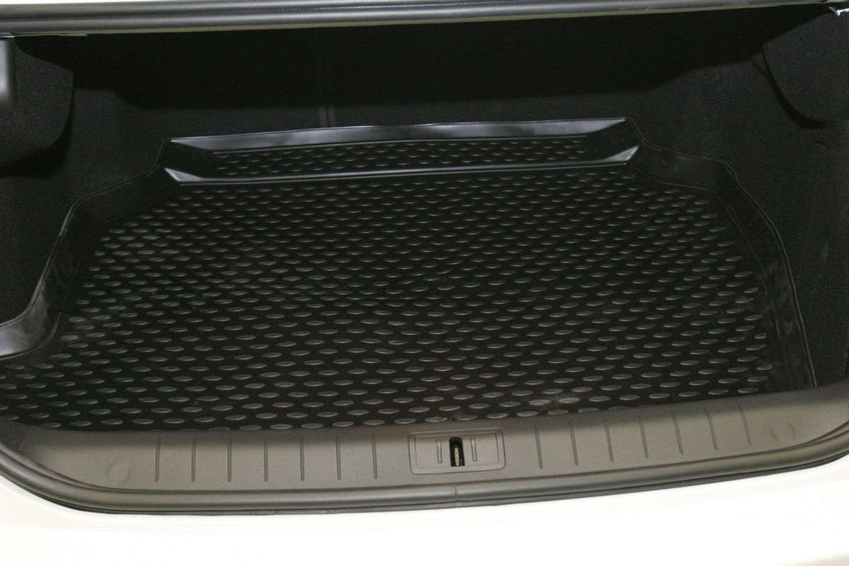 Коврик в багажник Novline-Autofamily, для Renault Latitude 2,5L sd (10/2010-)Аксион Т33Автомобильный коврик в багажник Novline-Autofamily позволит вам без особых усилий содержать в чистоте багажный отсек вашего авто и при этом перевозить в нем абсолютно любые грузы. Этот модельный коврик идеально подойдет по размерам багажнику вашего авто. Такое изделие гарантированно защитит багажник вашего автомобиля от грязи, мусора и пыли, которые постоянно скапливаются в этом отсеке. А кроме того, коврик не пропускает влагу. Все это надолго убережет важную часть кузова от износа. Коврик в багажнике сильно упростит для вас уборку. Тем более, что поддон достаточно просто вынимается и вставляется обратно. Мыть коврик для багажника из полиуретана можно любыми чистящими средствами или просто водой. При этом много времени у вас уборка не отнимет, ведь полиуретан устойчив к загрязнениям.Если вам приходится перевозить в багажнике тяжелые грузы, за сохранность автоковрика можете не беспокоиться. Он сделан из прочного материала, который не деформируется при механических нагрузках и устойчив даже к экстремальным температурам. А кроме того, коврик для багажника надежно фиксируется и не сдвигается во время поездки - это дополнительная гарантия сохранности вашего багажа.
