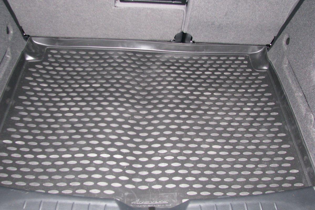 Коврик в багажник Novline-Autofamily, для SEAT Altea un (04-)FS-80423Автомобильный коврик в багажник Novline-Autofamily позволит вам без особых усилий содержать в чистоте багажный отсек вашего авто и при этом перевозить в нем абсолютно любые грузы. Этот модельный коврик идеально подойдет по размерам багажнику вашего авто. Такое изделие гарантированно защитит багажник вашего автомобиля от грязи, мусора и пыли, которые постоянно скапливаются в этом отсеке. А кроме того, коврик не пропускает влагу. Все это надолго убережет важную часть кузова от износа. Коврик в багажнике сильно упростит для вас уборку. Тем более, что поддон достаточно просто вынимается и вставляется обратно. Мыть коврик для багажника из полиуретана можно любыми чистящими средствами или просто водой. При этом много времени у вас уборка не отнимет, ведь полиуретан устойчив к загрязнениям.Если вам приходится перевозить в багажнике тяжелые грузы, за сохранность автоковрика можете не беспокоиться. Он сделан из прочного материала, который не деформируется при механических нагрузках и устойчив даже к экстремальным температурам. А кроме того, коврик для багажника надежно фиксируется и не сдвигается во время поездки - это дополнительная гарантия сохранности вашего багажа.
