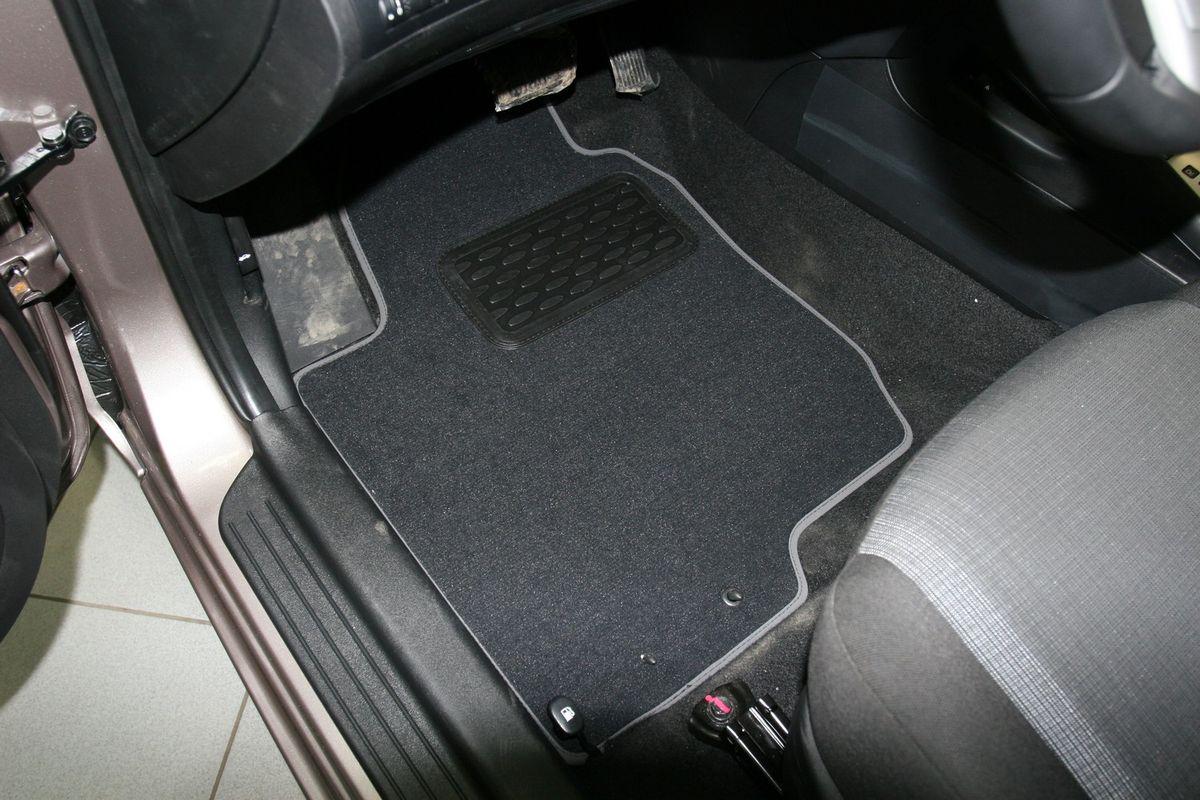 Набор автомобильных ковриков Novline-Autofamily для Kia Ceed II АКПП 2010-, хэтчбек, 5 штLGT.25.2A.210Набор автомобильных ковриков Novline-Autofamily, изготовленный из текстиля, состоит из 5 ковриков, которые учитывают все особенности каждой модели автомобиля и полностью повторяют контуры пола. Текстильные автомобильные коврики для салона произведены из высококачественного материала, который держит форму, прочный и не пачкает обувь. Коврики в салон не только улучшат внешний вид салона вашего автомобиля, но и надежно уберегут его от пыли, грязи и сырости, а значит, защитят кузов от коррозии. Текстильные коврики для автомобиля мягкие и приятные, а их основа из вспененного полиуретана не пропускает влагу. Ковры для автомобилей надежно крепятся на полу и не скользят, что очень важно во время движения. Чистятся коврики очень просто: как при помощи автомобильного пылесоса, так и различными моющими средствами. Набор подходит для Kia Ceed II АКПП хэтчбек с 2010 года выпуска.