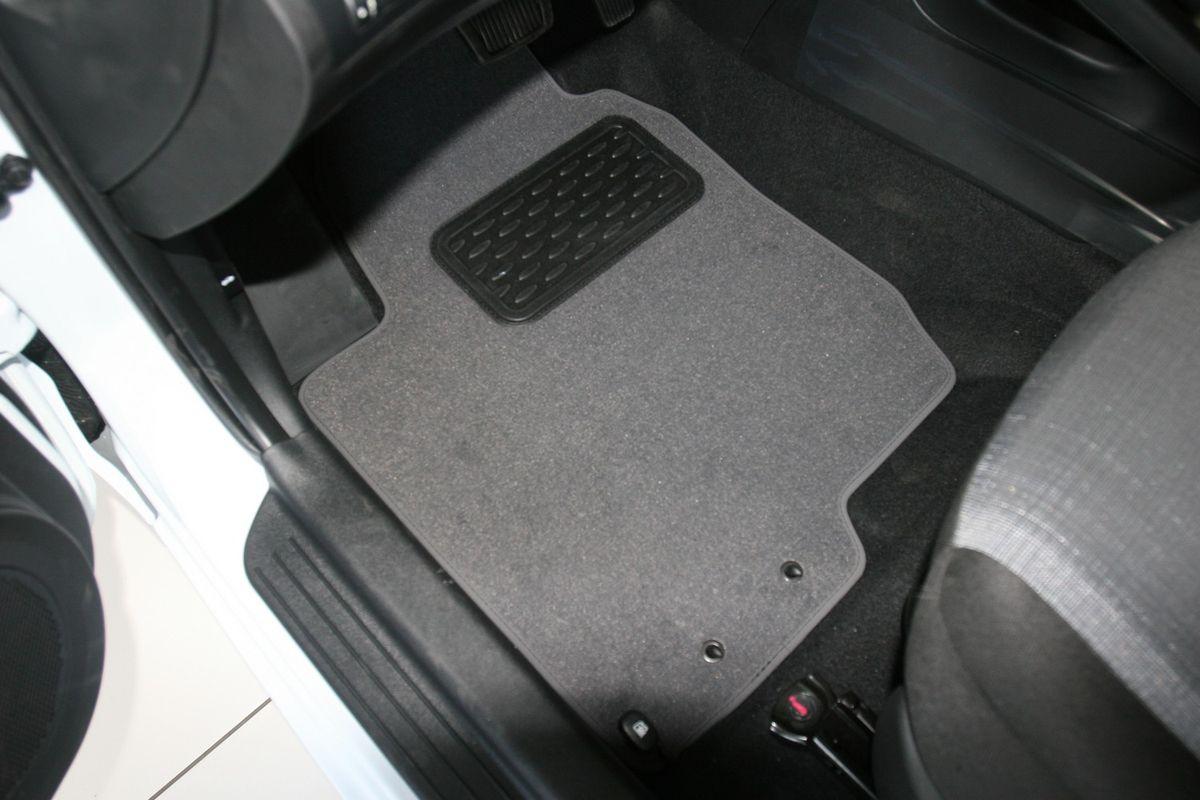 Набор автомобильных ковриков Novline-Autofamily для Kia Ceed SW II АКПП 2010-, универсал, в салон, 5 штВетерок 2ГФНабор автомобильных ковриков Novline-Autofamily, изготовленный из текстиля, состоит из 5 ковриков, которые учитывают все особенности каждой модели автомобиля и полностью повторяют контуры пола. Текстильные автомобильные коврики для салона произведены из высококачественного материала, который держит форму, прочный и не пачкает обувь. Коврики в салон не только улучшат внешний вид салона вашего автомобиля, но и надежно уберегут его от пыли, грязи и сырости, а значит, защитят кузов от коррозии. Текстильные коврики для автомобиля мягкие и приятные, а их основа из вспененного полиуретана не пропускает влагу. Ковры для автомобилей надежно крепятся на полу и не скользят, что очень важно во время движения. Чистятся коврики очень просто: как при помощи автомобильного пылесоса, так и различными моющими средствами. Набор подходит для Kia Ceed SW II АКПП с 2010 года выпуска.