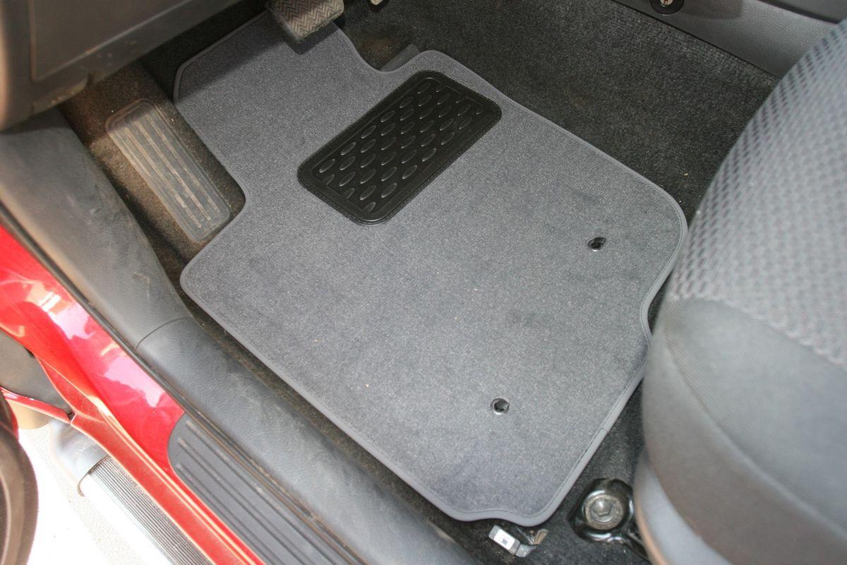 Набор автомобильных ковриков Novline-Autofamily для Toyota Rav 4 5D АКПП 2006-2009, универсал, в салон, 5 шт94672Набор автомобильных ковриков Novline-Autofamily, изготовленный из текстиля, состоит из 5 ковриков, которые учитывают все особенности каждой модели автомобиля и полностью повторяют контуры пола. Текстильные автомобильные коврики для салона произведены из высококачественного материала, который держит форму, прочный и не пачкает обувь. Коврики в салон не только улучшат внешний вид салона вашего автомобиля, но и надежно уберегут его от пыли, грязи и сырости, а значит, защитят кузов от коррозии. Текстильные коврики для автомобиля мягкие и приятные, а их основа из вспененного полиуретана не пропускает влагу. Ковры для автомобилей надежно крепятся на полу и не скользят, что очень важно во время движения. Чистятся коврики очень просто: как при помощи автомобильного пылесоса, так и различными моющими средствами. Набор подходит для Toyota Rav 4 5D АКПП универсал 2006-2009 годов выпуска.