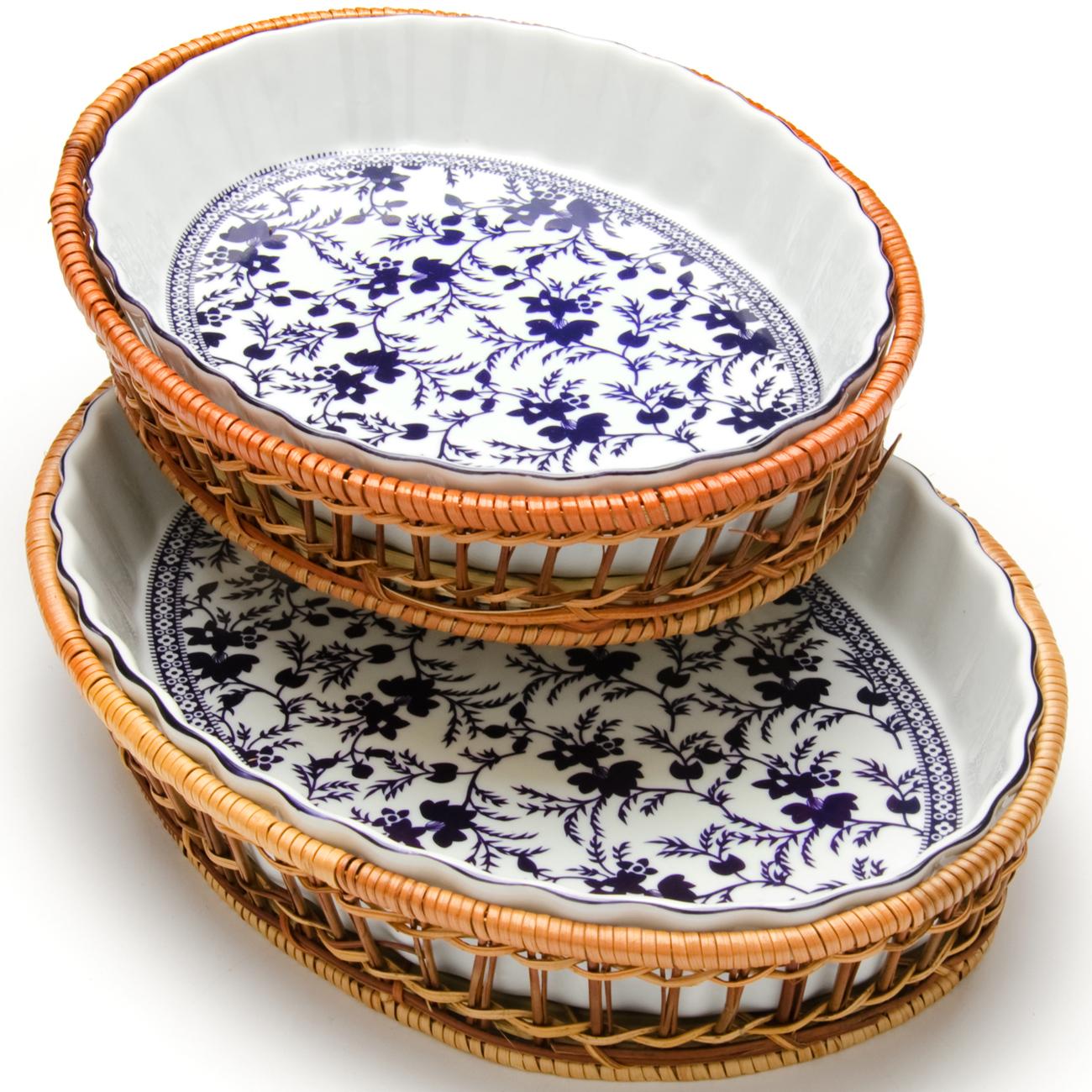 Набор форм Mayer & Boch Узор, 2 предмета. 2480068/5/2Форма для запекания Mayer & Boch выполнена из высококачественного фарфора белого цвета и оформлена красочным изображением цветов. Плетеная корзина, в которую вставляется форма, послужит красивой и оригинальной подставкой. Фарфоровая посуда выдерживает высокие перепады температуры, поэтому ее можно использовать в духовке, микроволновой печи, а также для хранения пищи в холодильнике. Можно мыть в посудомоечной машине. Форма для запекания Mayer & Boch прекрасно подойдет для запекания овощей, мяса и других блюд, а оригинальный дизайн и яркое оформление украсят ваш стол.Размеры: 33 х 23 х 5 см, 7 х 20,5 х 4 см.Объем: 2,1 л, 1,6 л.