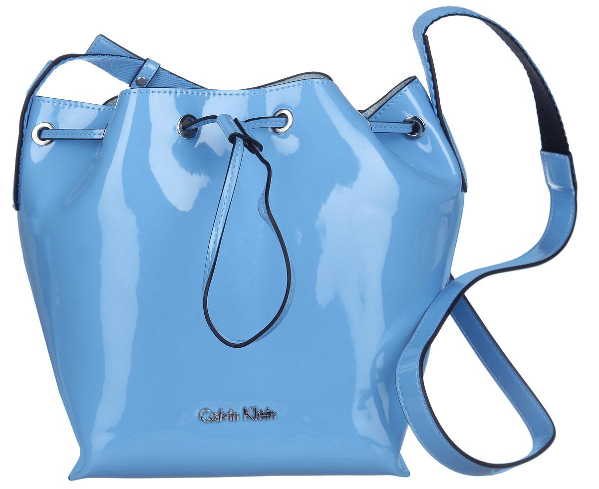 Сумка женская Calvin Klein Jeans, цвет: голубой. K60K601422_4120S76245Стильная женская сумка Calvin Klein Jeans выполнена из полиуретана. Изделие имеет одно основное отделение, закрывающееся на затягивающийся шнурок.Внутри расположен накладной карман на застежке-молнии. Модель оснащена плечевым регулируемым ремнем. Модный аксессуар позволит вам завершить свой образ и быть неотразимой.
