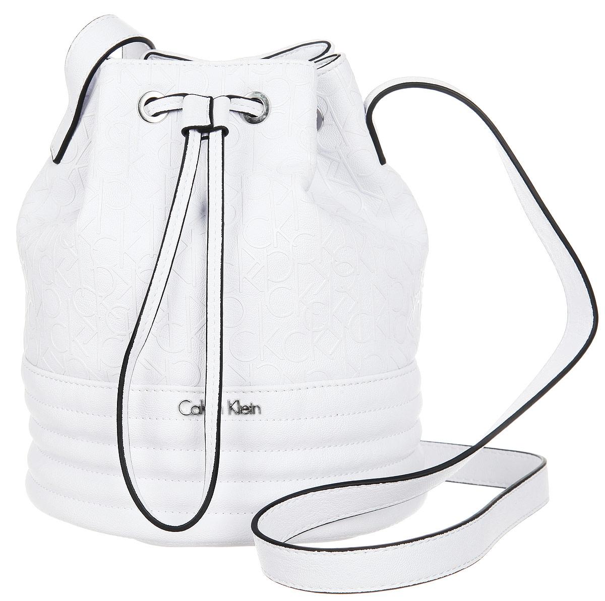 Сумка женская Calvin Klein Jeans, цвет: белый. K60K601189_101023008Стильная женская сумка Calvin Klein Jeans выполнена из полиуретана. Изделие имеет одно основное отделение, закрывающееся на затягивающийся шнурок.Внутри расположен прорезной карман на застежке-молнии. Модель оснащена плечевым регулируемым ремнем. Модный аксессуар позволит вам завершить свой образ и быть неотразимой.