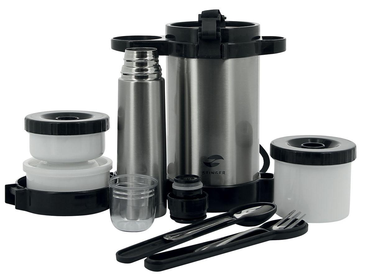 Термос пищевой Stinger, с термосом для напитков, со столовыми приборами, с контейнерами, 1,5 лHY-LB408-1Термос Stinger предназначен для хранения холодных или горячих блюд, например, супов. Он пригодится в любой ситуации: будь то экстремальный поход, пикник, поездка, или вы просто хотите взять с собой домашнюю еду в офис. Термос изготовлен из высококачественной пищевой нержавеющей стали, что является безопасным для здоровья. На корпусе термоса для удобства переноски предусмотрен регулируемый ремень. Изделие выполнено в классическом серебристом цвете и имеет глянцевую поверхность. Современная технология с вакуумной изоляцией и металлическая колба, способствуют более длительному сохранению тепла. Термос держит температуру наполнения (горячего) более 24 часов до 50°C. Термос оснащен пластиковой крышкой с защелками. Внутри помещаются три контейнера для еды с крышками, изготовленные из пищевого пластика. Крышки легко открываются и плотно закрываются. В комплект входят мини-термос вместимостью 250 мл, что позволит взять с собой также и любимый напиток, а также столовые приборы: ложка и вилка. Термос Stinger - это идеальный вариант для переноски нескольких разных блюд. Отличный выбор для тех, кому необходим полноценный обед в дороге или путешествии, так как в него поместится все необходимое, и вы в любое время сможете вкусно и быстро пообедать.Диаметр термоса для еды: 10 см. Высота термоса для еды (с учетом крышки): 22 см. Объем термоса для еды: 1,5 л.Размер термоса для напитков: 5,5 х 5,5 х 20 см. Объем термоса для напитков: 250 мл. Размер контейнеров: 9 х 9 х 4 см; 10 х 10 х 5 см; 9,5 х 9,5 х 8 см.