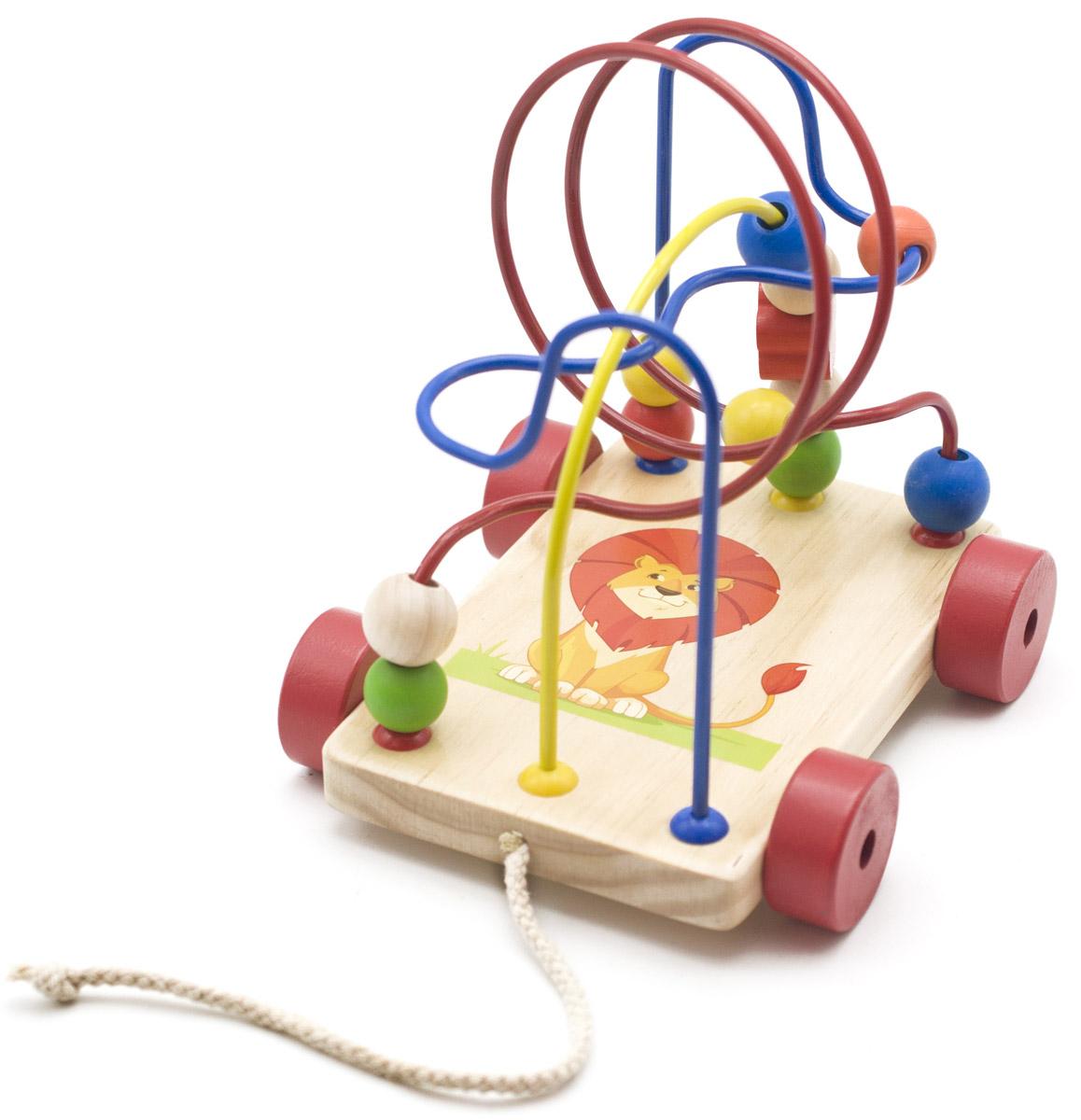 Яркий забавный лабиринт-каталка привлечет внимание вашего малыша и не позволит ему скучать. Игрушка состоит из прямоугольной подставки на колесиках с изображением львенка, к которой крепятся три металлические изогнутые проволоки. На каждую проволоку нанизаны маленькие деревянные элементы разной формы и цветов, которые можно передвигать. К основанию игрушки прикреплен шнурок, за который лабиринт можно возить. Игрушка развивает пространственное и логическое мышление, развитие мелкой мышечной моторики, внимания, памяти, подготавливает руку к письму.
