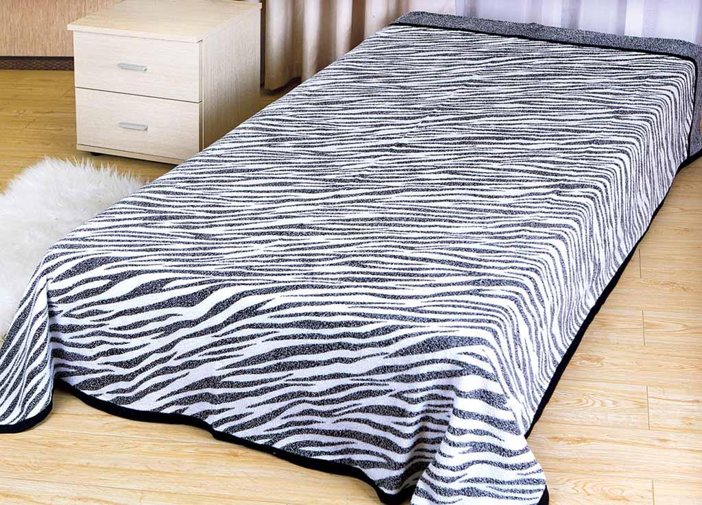 Покрывало Soavita Зебра, цвет: белый, 150 х 200 см1004900000360Махровое покрывало Soavita Зебра изготовлено из экологически чистого натурального хлопка, поэтому подходит как для взрослых, так и для детей. Оно будет хорошо смотреться и на диване, и на большой кровати. Благодаря яркому и необычному дизайну, покрывало не только подарит тепло, но и гармонично впишется в интерьер комнаты.Махровое полотно создается из хлопковых нитей, которые, в свою очередь, прядутся из множества хлопковых волокон. Чем длиннее эти волокна, тем прочнее будет нить, и, соответственно, изделие. Длина составляющих хлопковую нить волокон влияет и на фактуру получаемой ткани: чем они длиннее, тем мягче и пушистее получится махровое изделие, тем лучше будет впитывать изделие воду. Хотя на впитывающие качество махры - ее гигроскопичность, не в последнюю очередь влияет состав волокна. Мягкая махровая ткань отлично впитывает влагу и быстро сохнет.