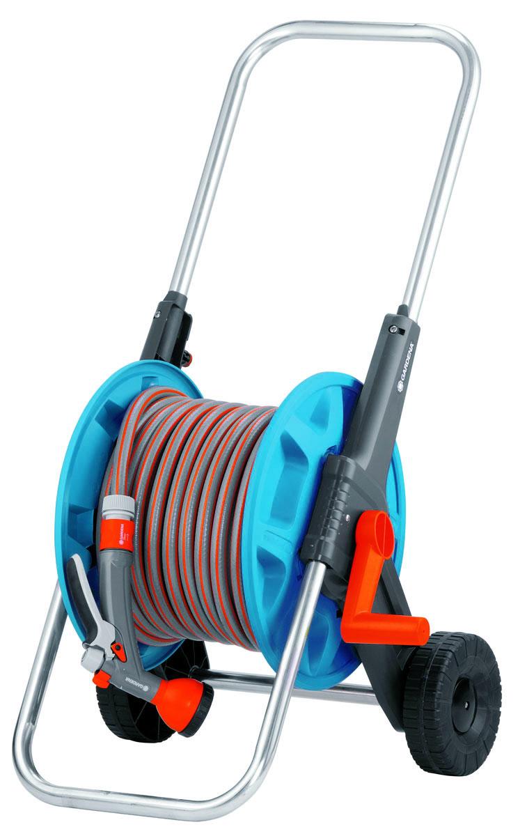 Тележка Gardena Classic 50, с адаптерами1.645-504.0Тележка Gardena Classic 50 предназначена для полива дачного участка. Вращающаяся ось предотвращает перекручивание шланга при его намотке и размотке. Встроенная заглушка предотвращает вытекание воды из шланга по окончании его использования и в процессе транспортировки. Благодаря соединителю для шланга, расположенному под углом внутри барабана, шланг не перекручивается, что гарантирует максимальный напор. Рифленые колеса обеспечивают простое и удобное перемещение тележки.В комплект входит: 20 метров шланга Classic 13 мм (1/2), 1 коннектор стандартный, 1 коннектор с автостопом, наконечник для полива Classic.Длина шланга: 20 м.Диаметр шланга: 13 мм.