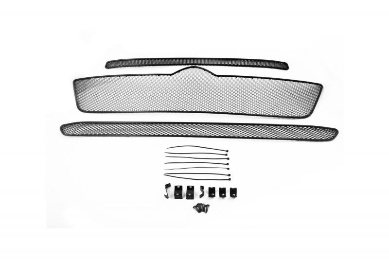 Сетка на бампер внешняя Novline-Autofamily, для CITROEN Jumper 2015->, 3 шт1004900000360В отличие от универсальных сеток, данный продукт разрабатывается индивидуально под каждый бампер автомобиля. Внешняя защитная сетка радиатора полностью повторяет геометрию решетки бампера и гармонично вписывается в общий стиль автомобиля. При создании продукта мы учли как потребности автомобилистов, для которых важна исключительно защитная функция, так и автолюбителей, которые ищут способы подчеркнуть или создать новый стиль своего авто. Функциональность, тюнинг, или и то, и другое? Выбор только за вами. Сетка для защиты радиатора изготовлена из антикоррозионного материала, что гарантирует отсутствие ржавчины в процессе эксплуатации. Простая установка делает этот продукт необыкновенно удобным. В отличие от универсальных сеток, для установки которых требуется снятие бампера, то есть наличие специализированных навыков и дополнительного оборудования (подъемник и так далее), для установки этого продукта понадобится 20 минут времени и отвертка.
