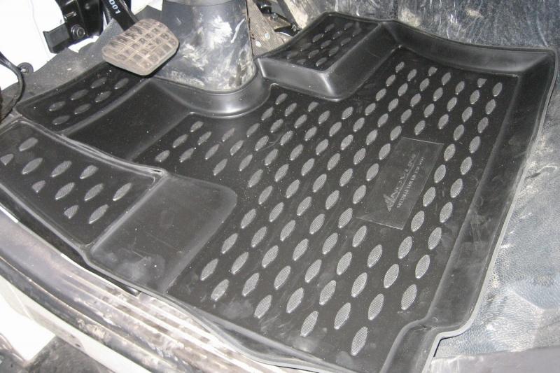 Коврики в салон автомобиля Novline-Autofamily для Hyundai HD-120, 1999 -, 2 штВетерок 2ГФКоврики Novline-Autofamily улучшат внешний вид салона автомобиля и надежно уберегут его от пыли, грязи и сырости, а значит, защитят кузов от коррозии. Полиуретановые коврики гладкие, приятные и не пропускает влагу. Полиуретановые автомобильные коврики произведены из высококачественного материала, который держит форму и не пачкает обувь. Коврики надежно крепятся на полу и не скользят, что очень важно во время движения, особенно для водителя. Изделия из полиуретана надежно удерживают грязь и влагу, при этом всегда выглядят довольно опрятно. И чистятся они очень просто: как при помощи автомобильного пылесоса, так и различными моющими средствами.