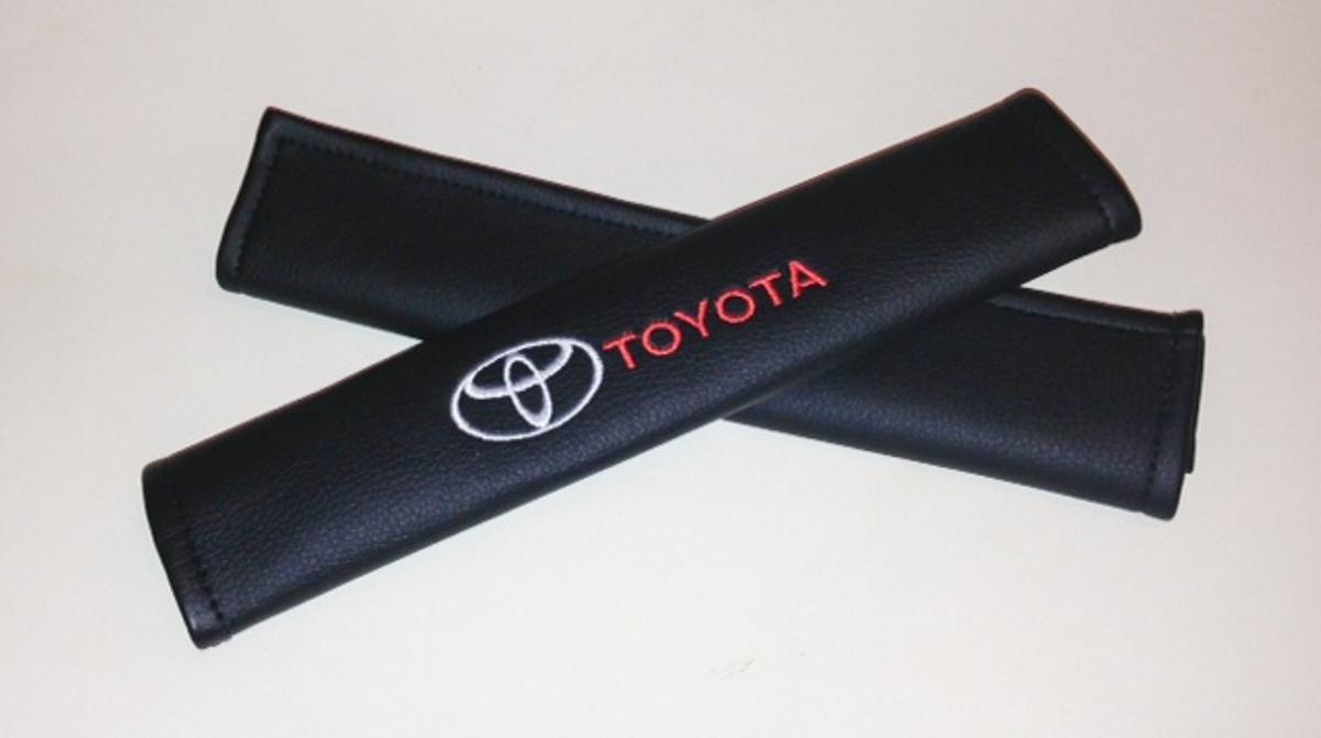 Накладки на ремень безопасности Auto Premium Toyota, 2 шт67013Накладка Auto Premium Toyota легко закрепляется на ремне безопасности и решает ряд назойливых проблем. Ремень больше не натрет плечо, благодаря тому, что изделие выполнено из мягкой экокожи и не мешает движению ремня. Накладка позволит защитить вашу одежду от следов ремня безопасности. В жаркую погоду в местах соприкосновения с ремнем кожа не будет потеть, так как накладка выполнена из дышащего материала.