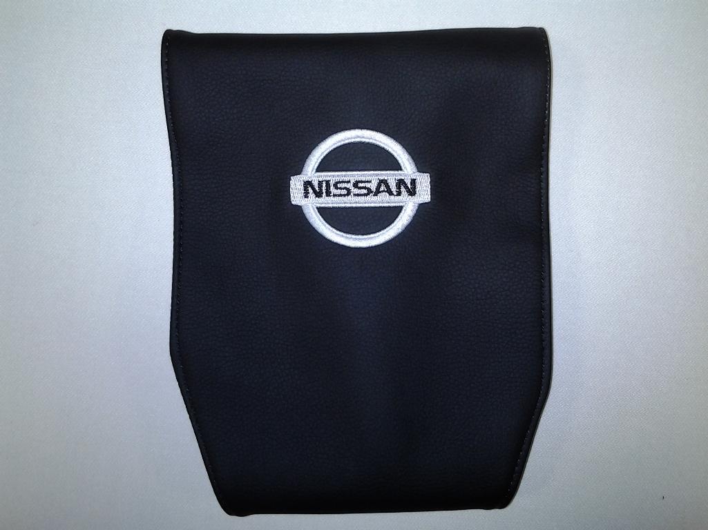 Чехол на подголовник Auto Premium NISSAN, 2 штCA-3505Простая, эффектная и эффективная защита подголовника автомобиля. Накладка легко закрепляется вокруг подголовника и служит надежной защитой от загрязнения. В отличие от ткани экокожа более практичный, износостойкий и долговечный материал, такой чехол легко чистится влажной тряпкой.
