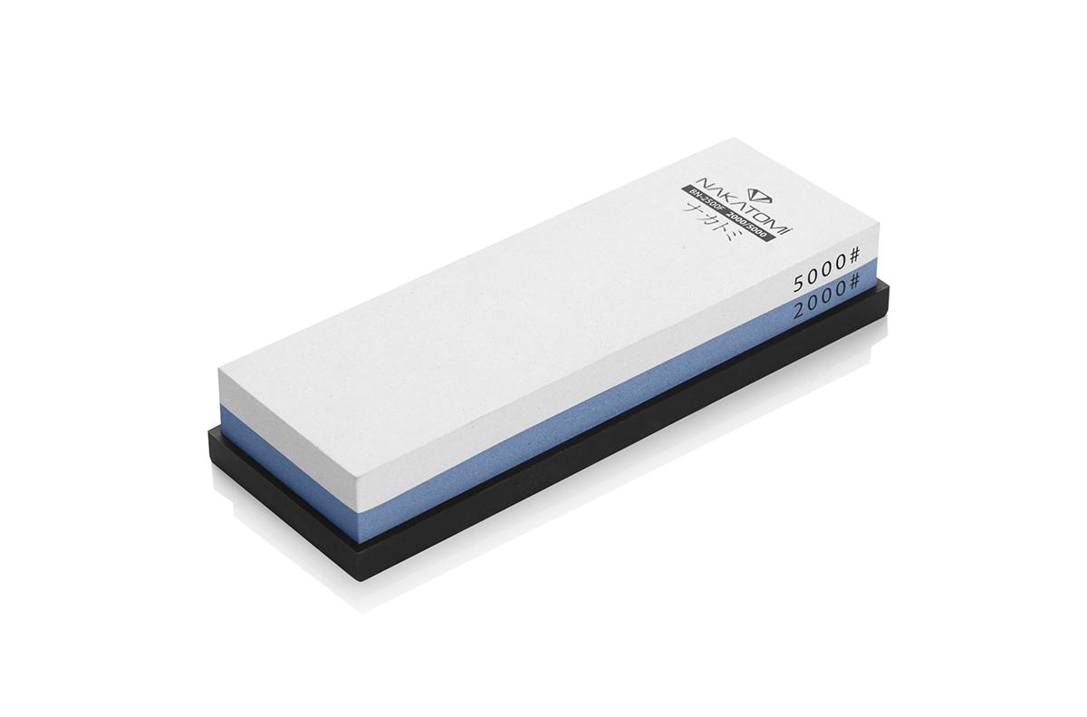 Камень точильный Nakatomi водный комбинированный #2000/#5000 . BN 2500/F115610Предназначен для правки и полировки режущей кромки кухонных ножей. Внимательно ознакомьтесь с инструкцией по эксплуатации! В комплектацию входит резиновая платформа (против скольжения).Водный комбинированный #2000/#5000