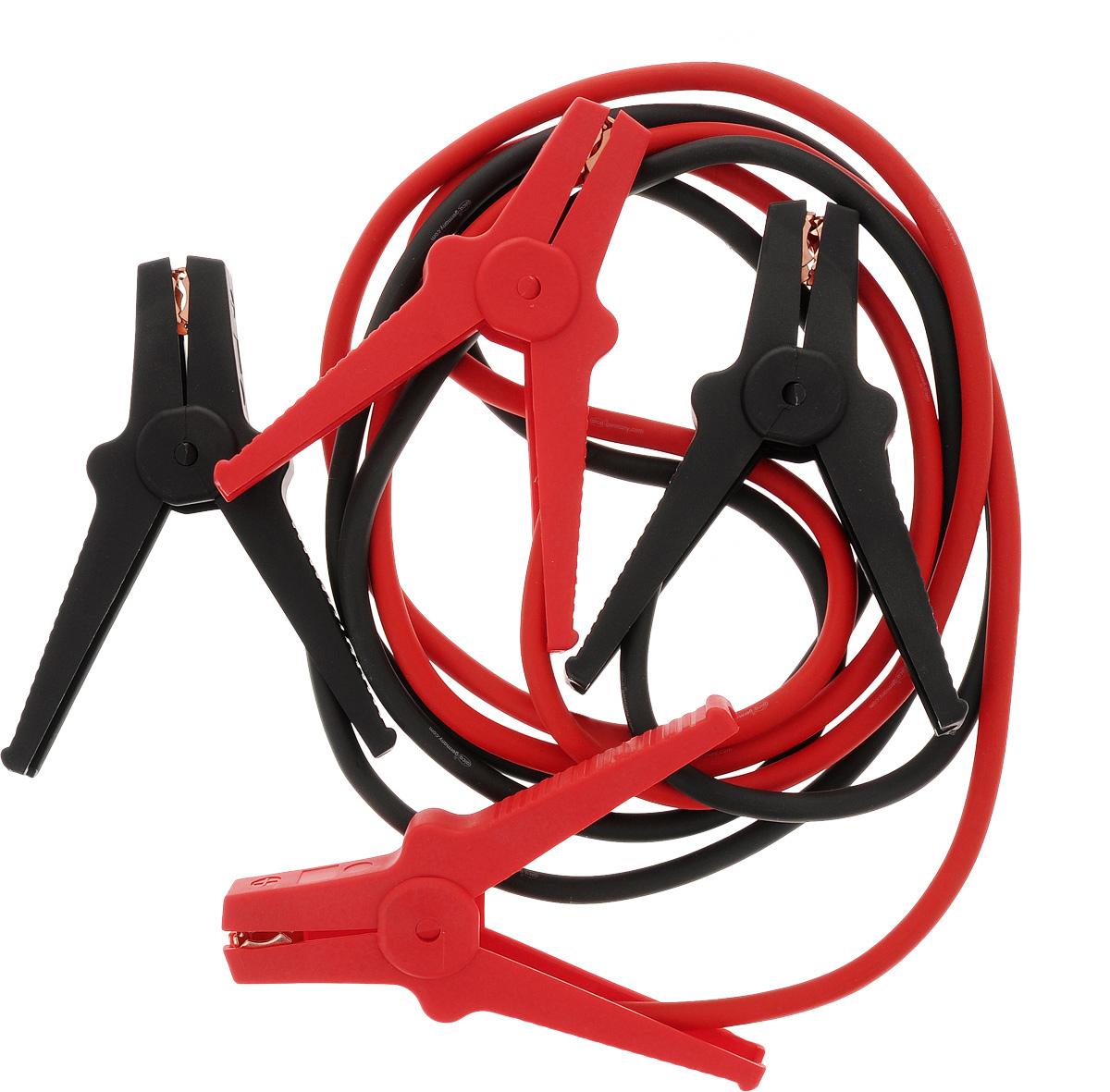 Старт-кабель Alca, CCA 200 А, длина 2,5 м2012506200400Старт-кабель Alca выполнены из алюминия с медным покрытием. Зажимы полностью изолированы. Руководство по эксплуатации: Присоединение.Кабель с красными зажимами присоединить к плюсовой клемме разряженного аккумулятора, затем присоединить к плюсовой клемме аккумулятора, от которого производится пуск. Кабель с черными зажимами подключить к минусовой клемме аккумулятора, от которой производится пуск и к массе автомобиля с разряженной батареей, например к кабелю массы либо к не изолированной точке моторного блока, причем на максимальном удалении от аккумулятора, которым производится пуск для избежания возможного возгорания образующегося разрядного газа.Пуск.После присоединения проводов стартер-кабеля запустить двигатель автомобиля, от которого производится пуск, и установить средние обороты. Запустить двигатель автомобиля с разряженным аккумулятором. После каждой попытки запуска двигателя, длительность которого не должна превышать 15 секунд, необходима пауза около 1 минуты. После успешного запуска двигателя продолжить 2-3 минуты до устойчивой работы.Отсоединение:Отсоединение производиться в обратном от присоединения порядке. Сначала отсоединяется черный зажим от кабеля массы либо моторного блока автомобиля с разряженным аккумулятором. Затем отключить оба красных зажимав произвольном порядке. При отсоединении проводов стартер-кабеля обращать внимание на исключение контакта стартер-кабеля с возвращающимся частями двигателя.Выдерживает температуру от +150°С до -50°С.В комплект входит сумка.